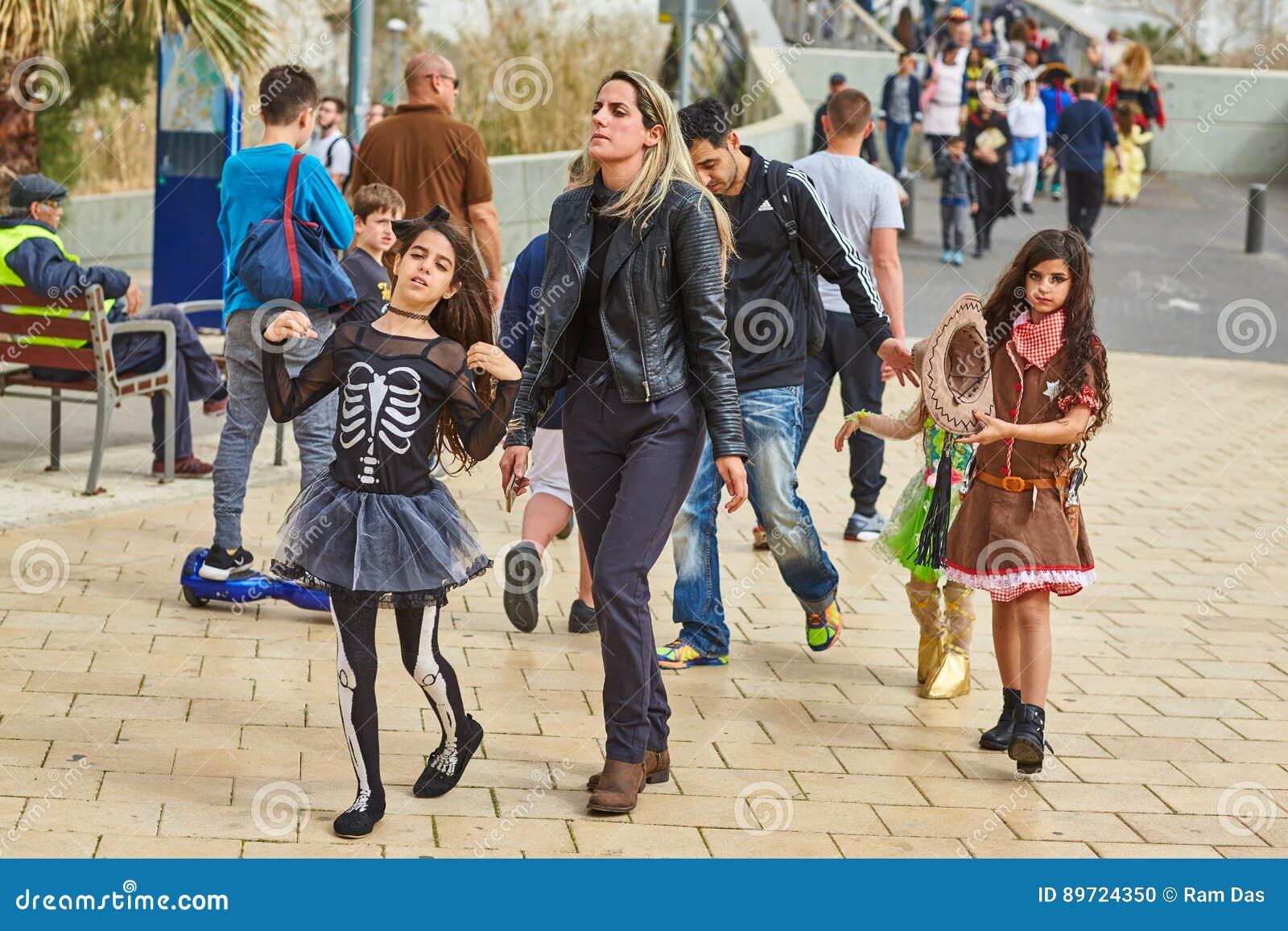 Tel Aviv - 20 Februari 2017: Bärande dräkter för folk i Israel D
