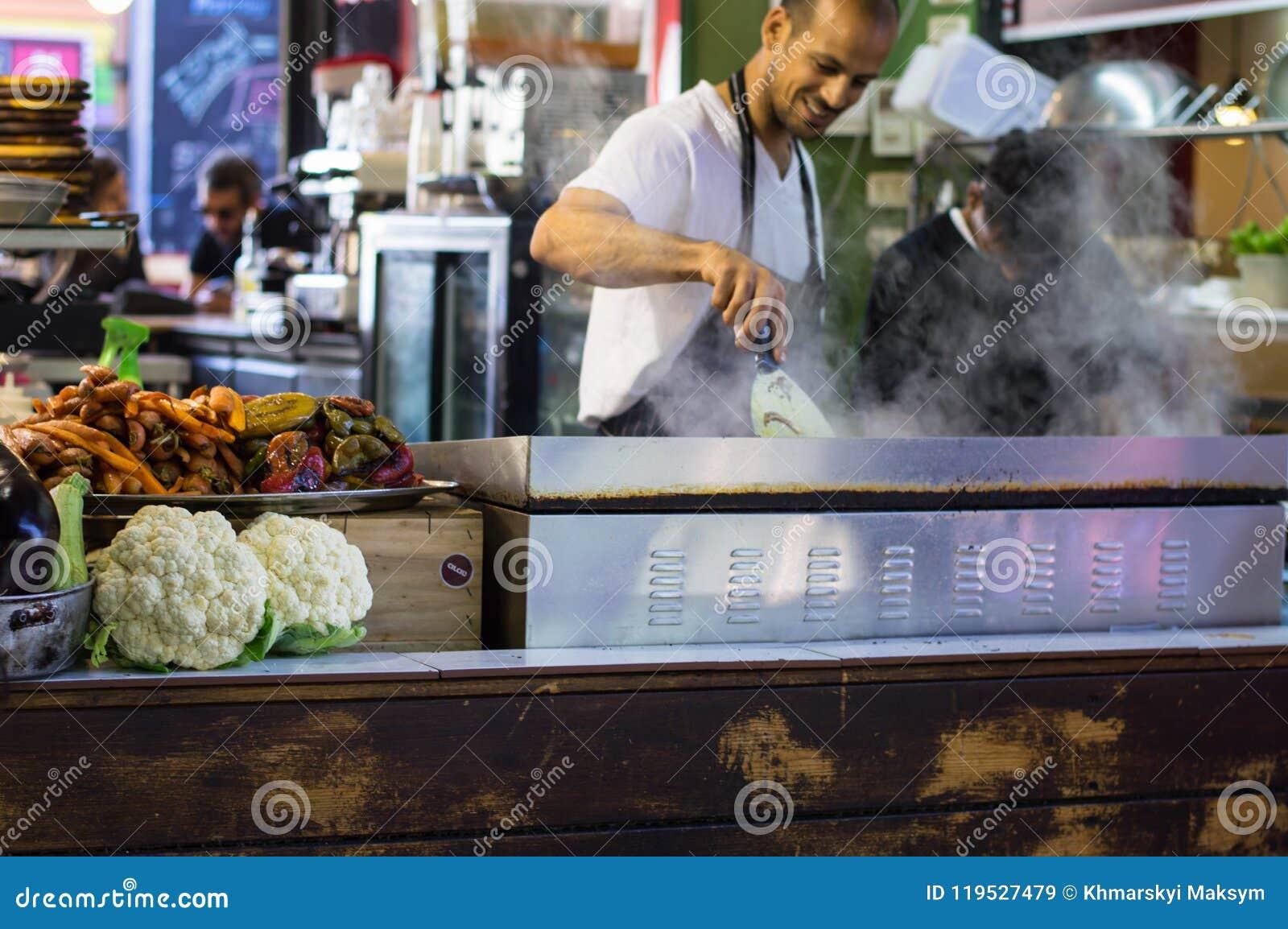 Tel Aviv, Israël - April 20, 2017: Straatvoedsel Het ` s één van de oudste openluchtmarkten van Israël ` s biedt een grote versch
