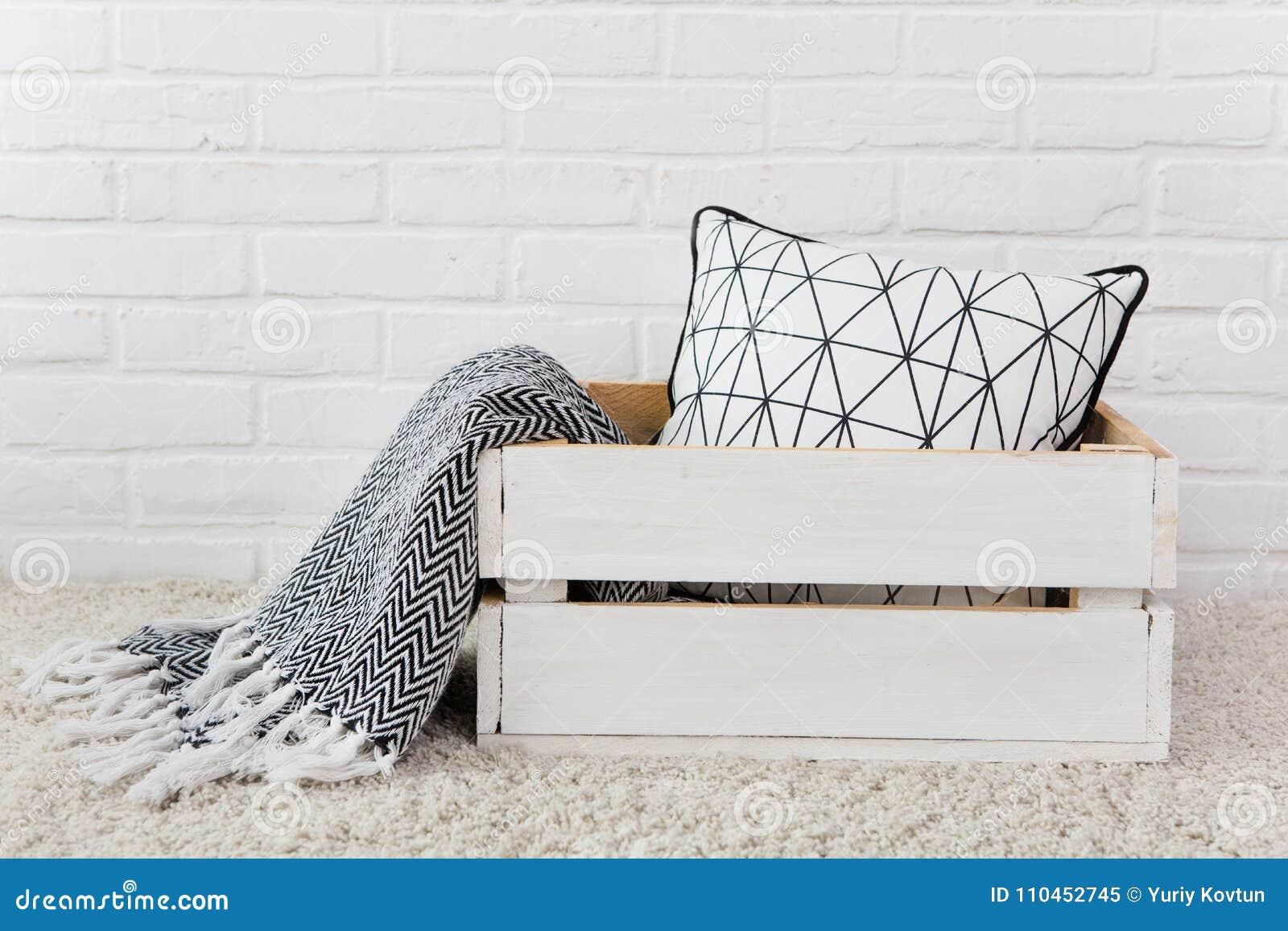 Tela escocesa blanca de la almohada de la caja de madera