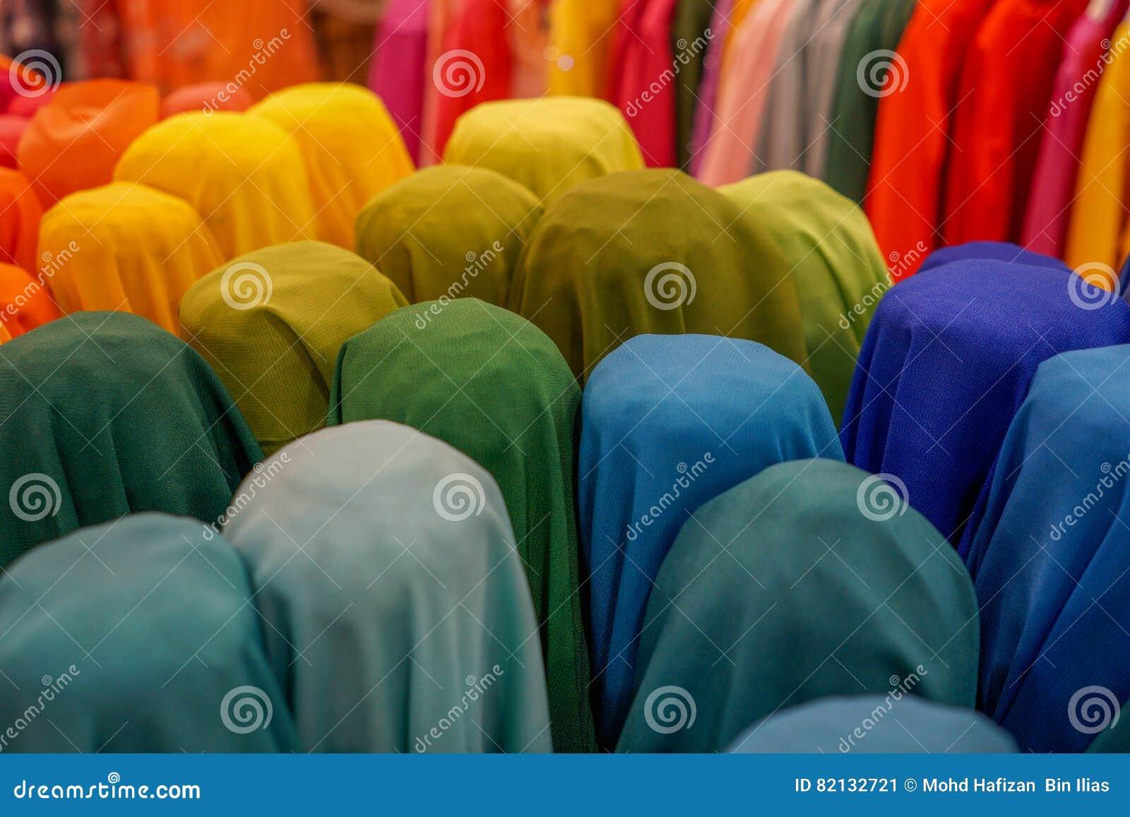 Tela hermosa y colorida en fila