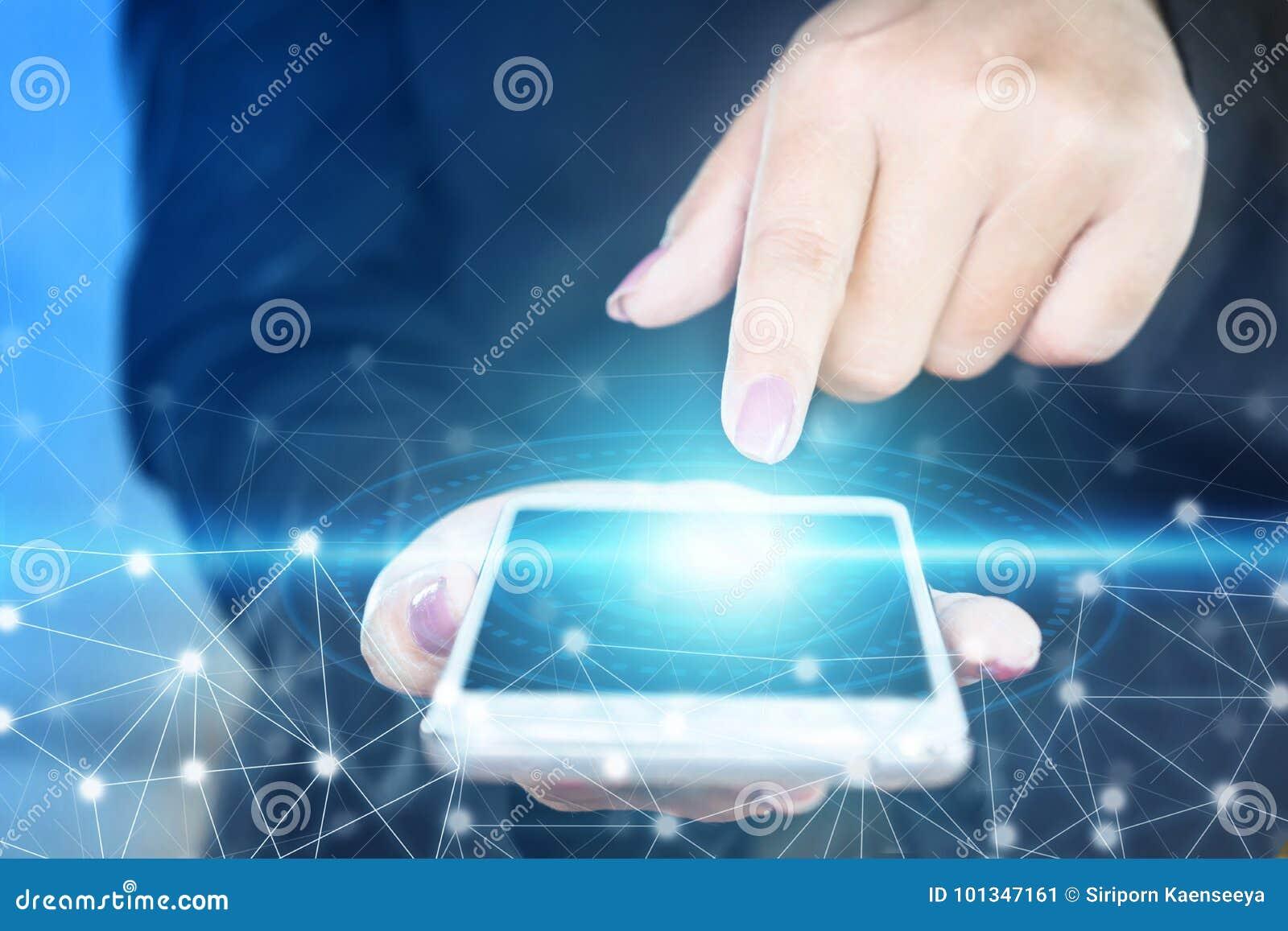 Tela tocante da mão da mulher de negócio do telefone esperto, conexão abstrata da tecnologia