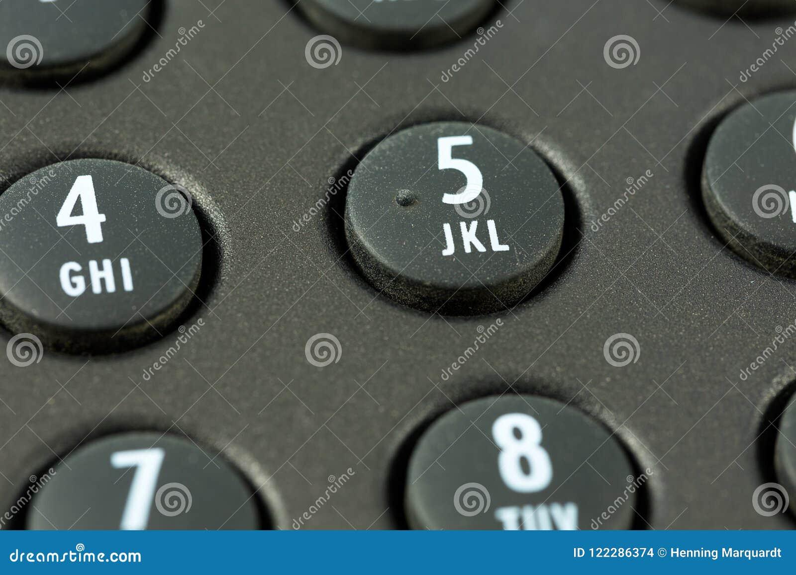 Telclado numérico con el trazado de la letra de un teléfono negro