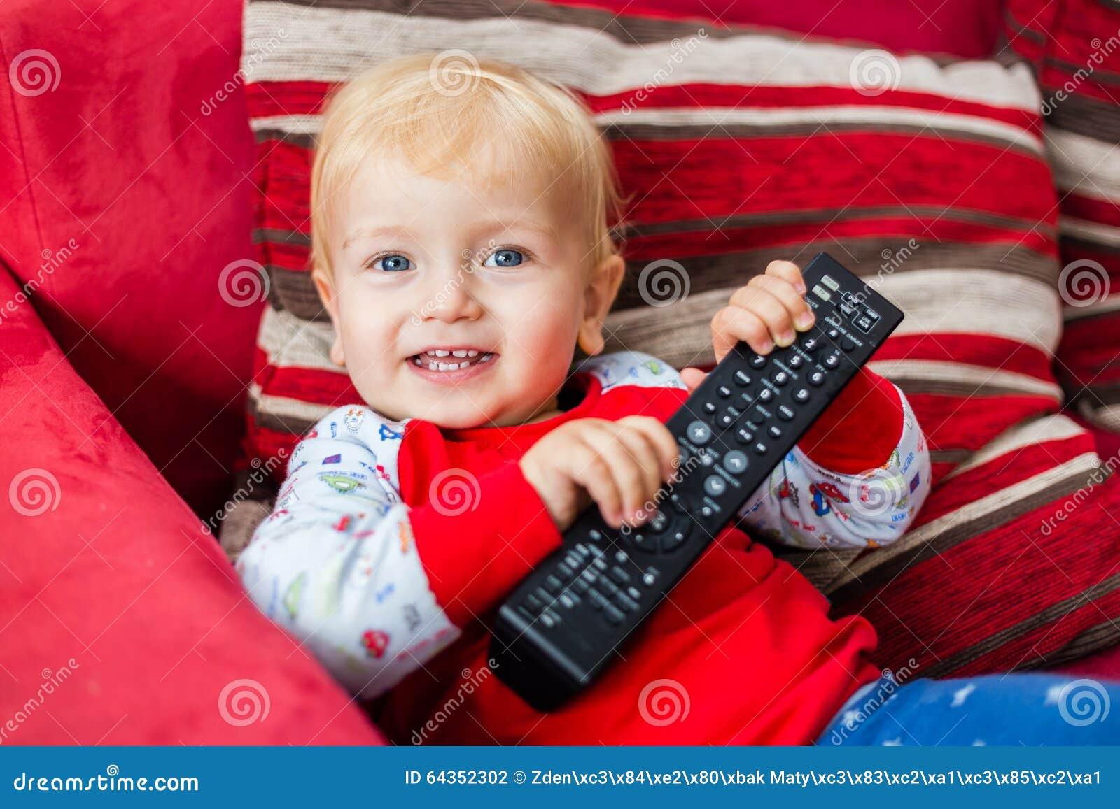 Telecomando sorridente della tenuta di Little Boy