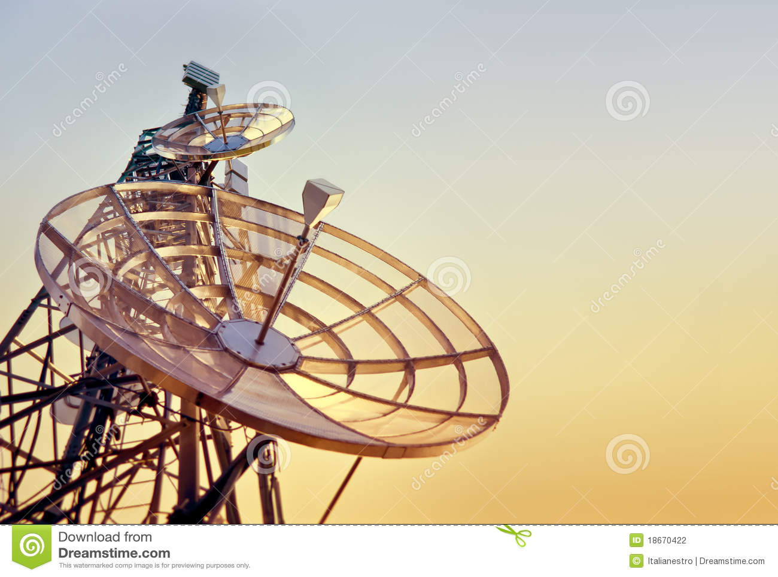 Telecommunicatie toren bij de zonsondergang