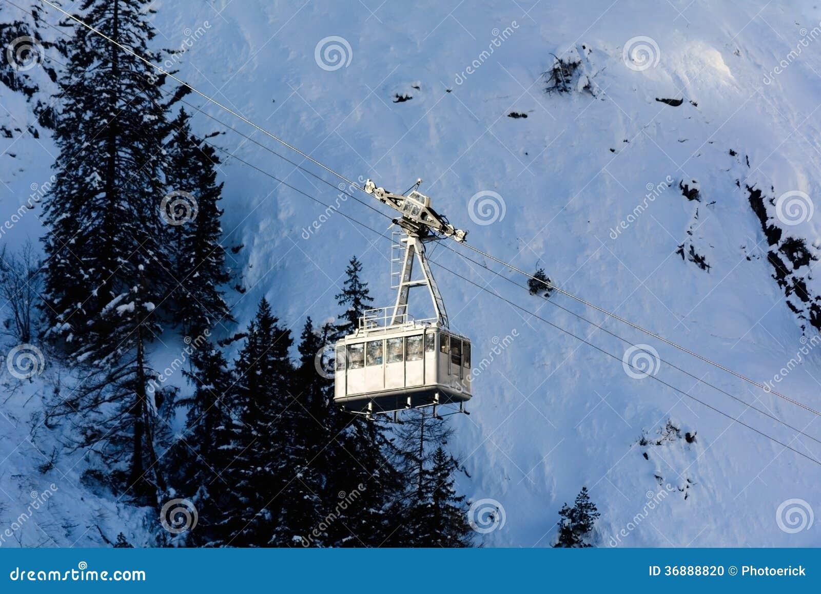 Download Teleferica Per Gli Sciatori Fotografia Stock - Immagine di turismo, alpi: 36888820