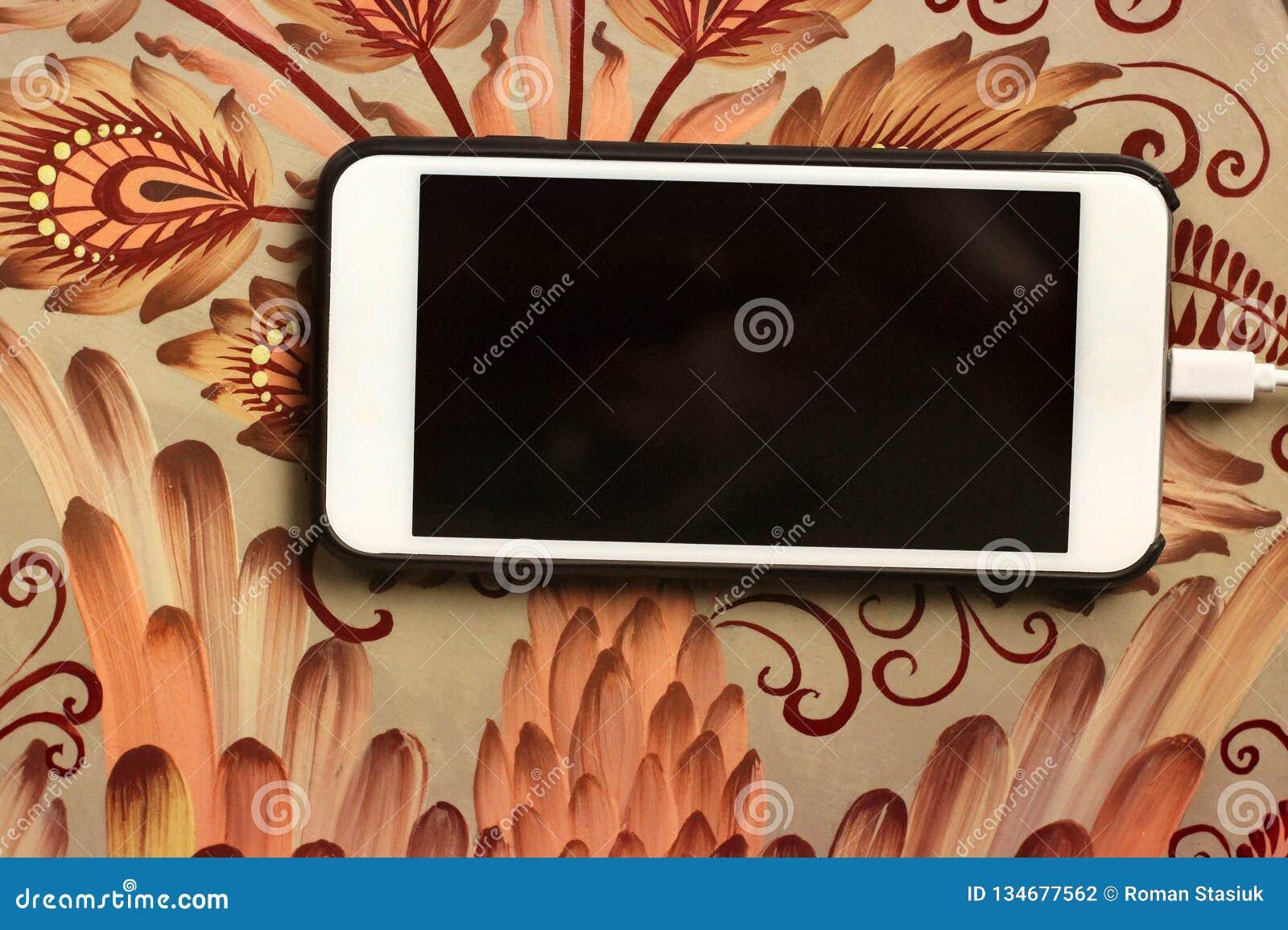 Telefon auf einer schönen Tabelle