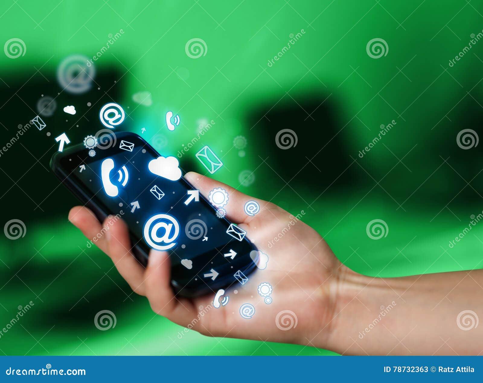 Telefon för innehav för affärsman smart med massmediasymboler