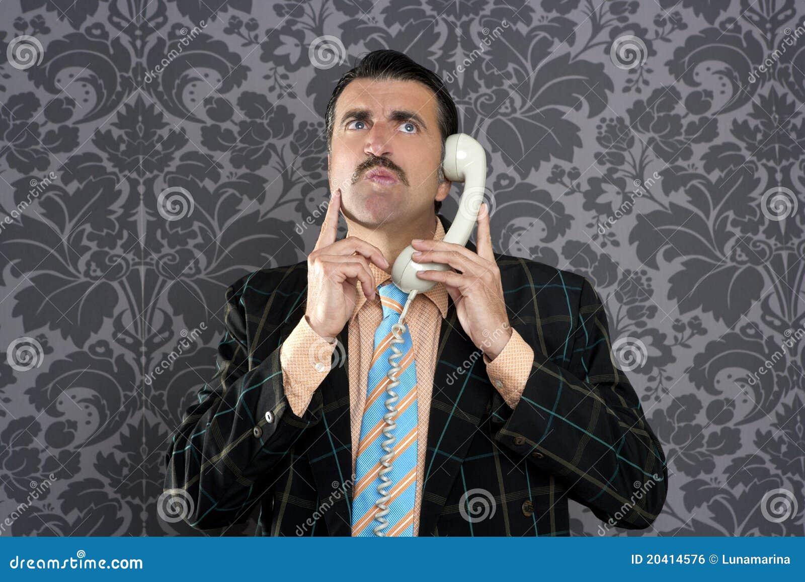 Telefon för nerd för affärsmanfelanmälansuttryck förskräckt