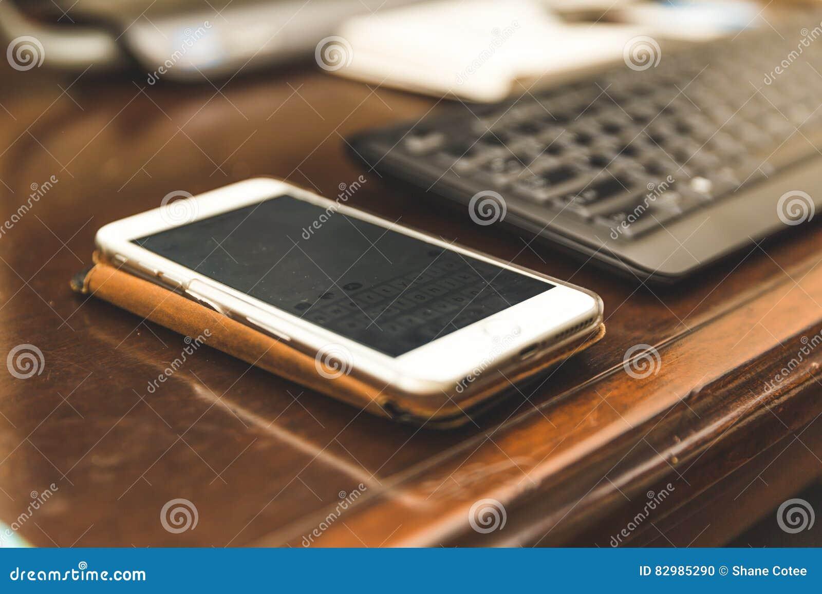 Telefon Komórkowy na biurku