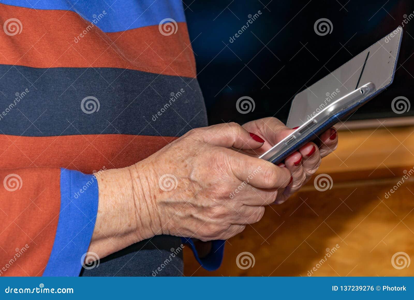 Telefon komórkowy w rękach