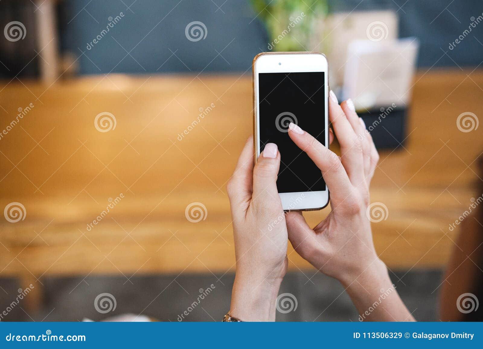 Telefon w rękach dziewczyna Pusty telefonu ekran, informacja na internecie i rewizja dla zastosowań lub