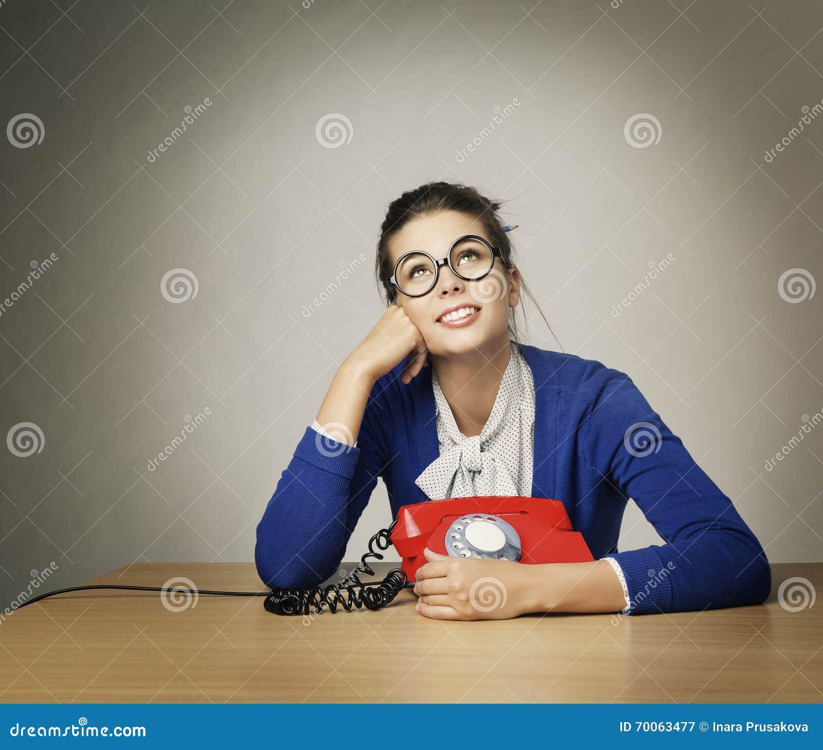 Telefonata aspettante della donna felice, cercare di pensiero della ragazza
