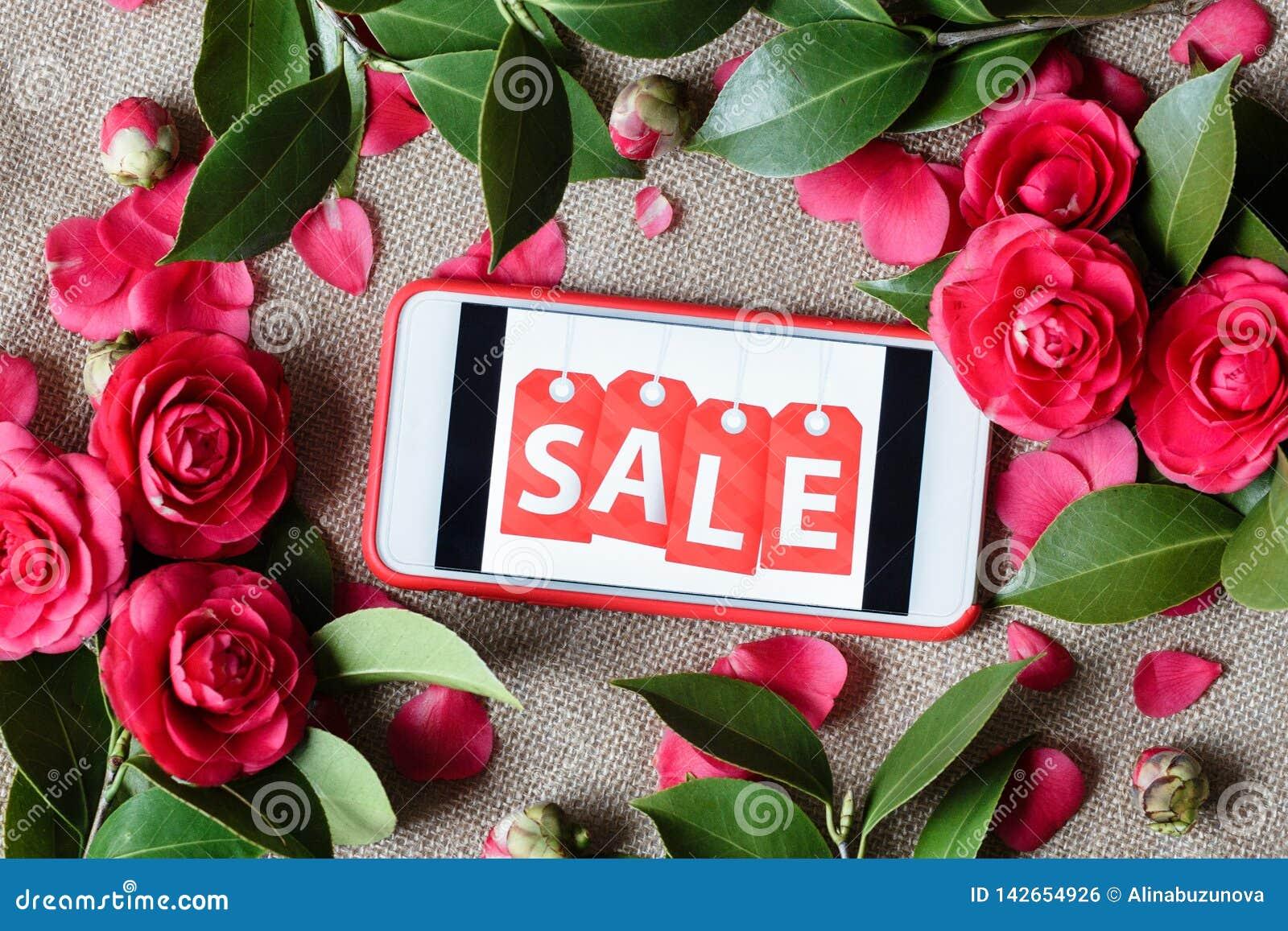 Telefone celular com venda da inscri??o e as rosas cor-de-rosa Configura??o lisa, vista superior