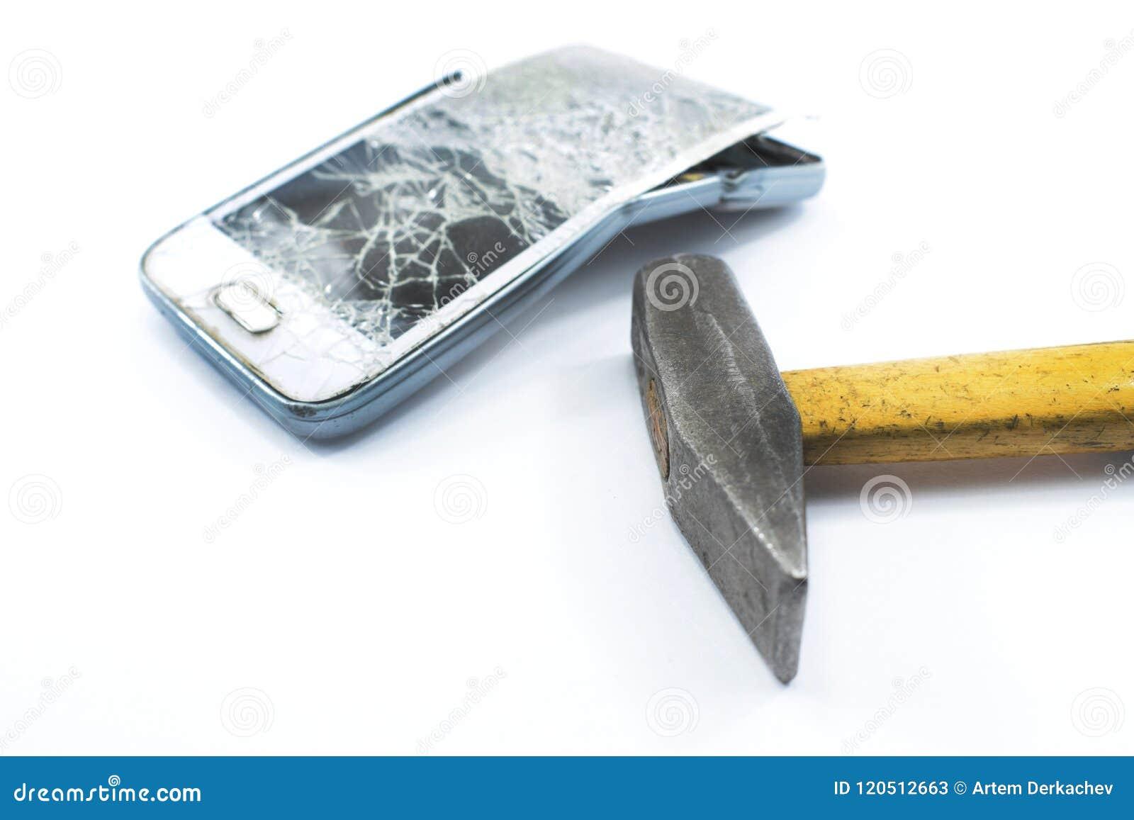 Telefone celular quebrado com um martelo em um fundo branco