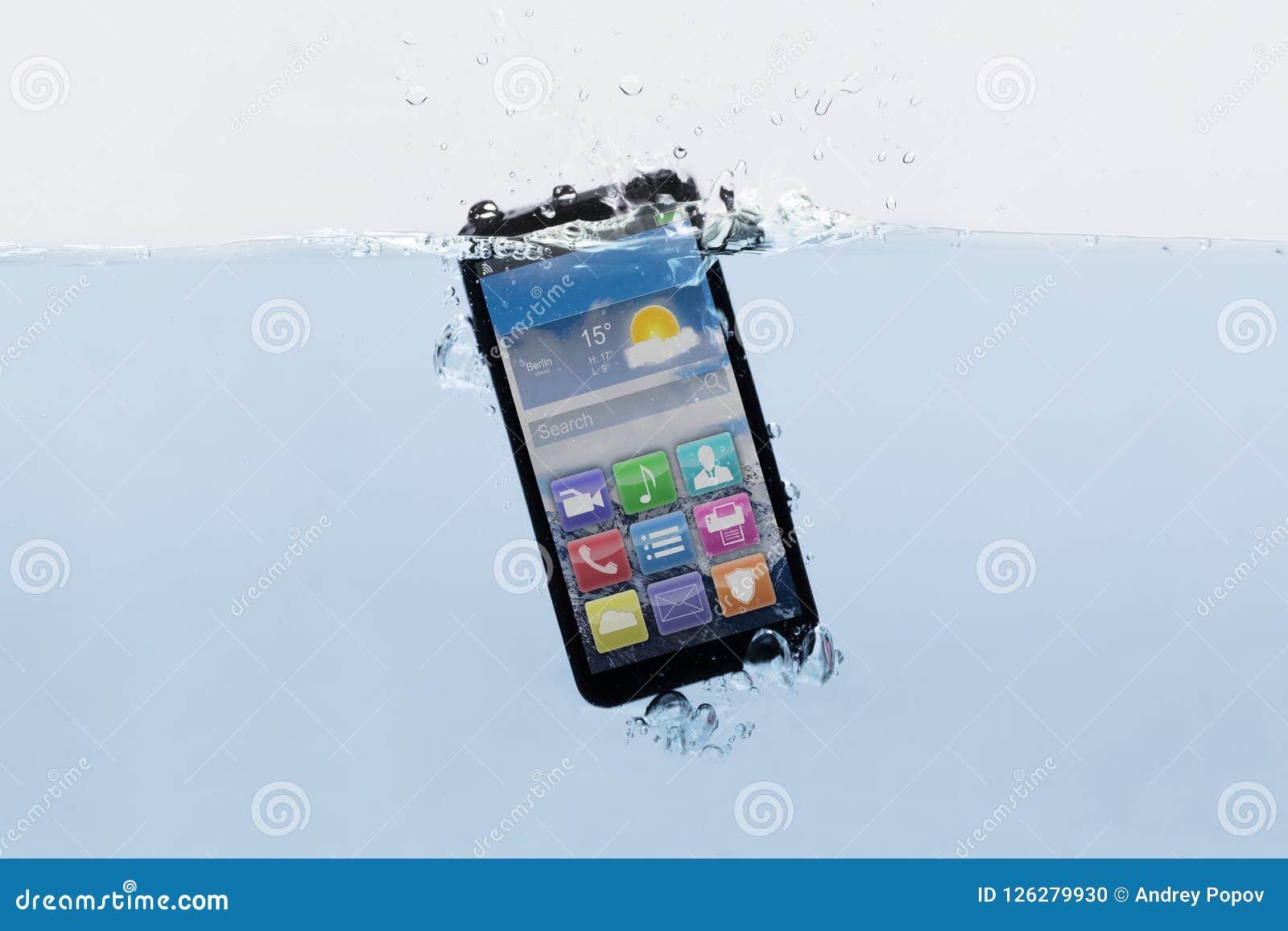 Telefone celular submerso na água