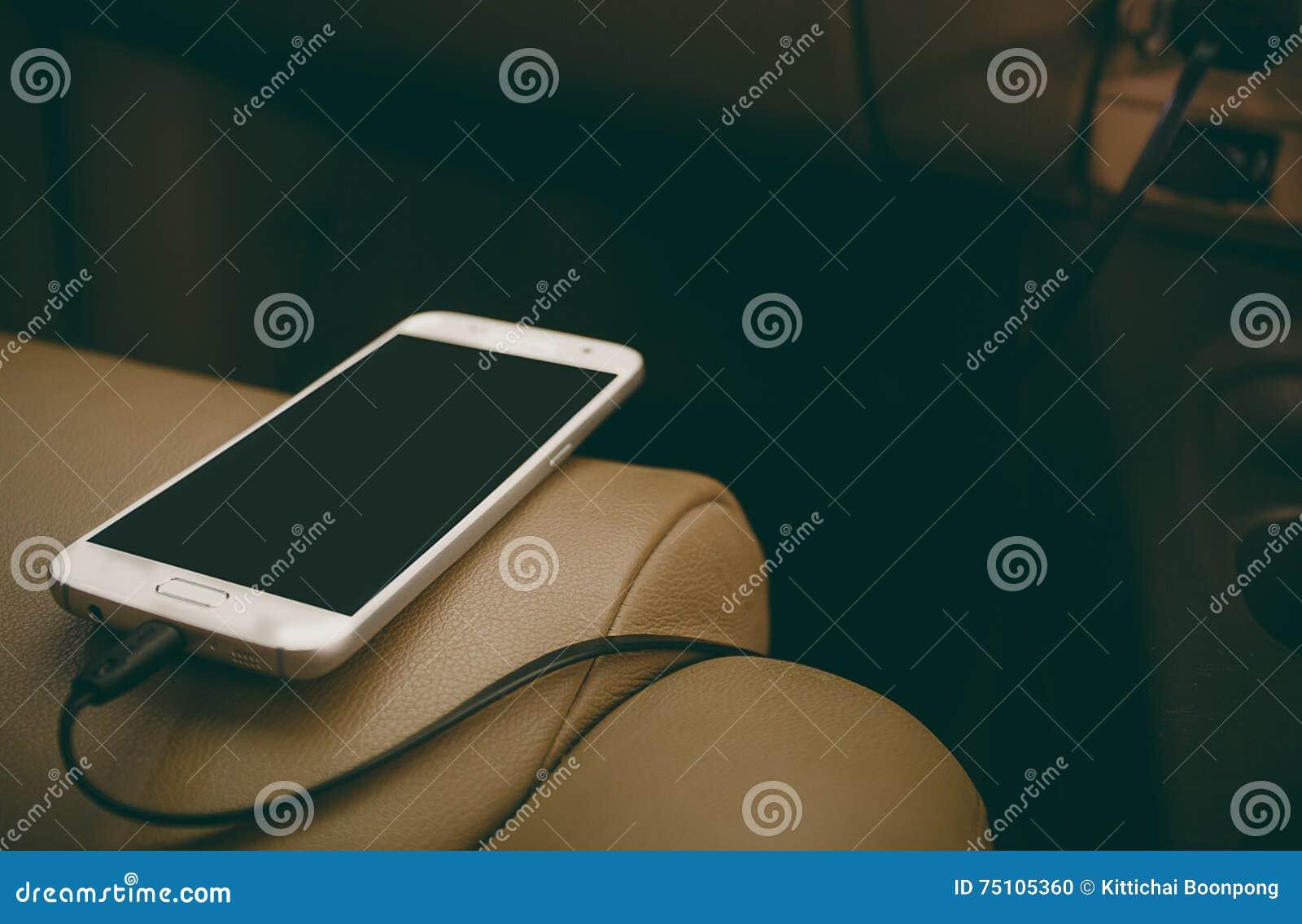 Telefone da tomada do carregador no carro
