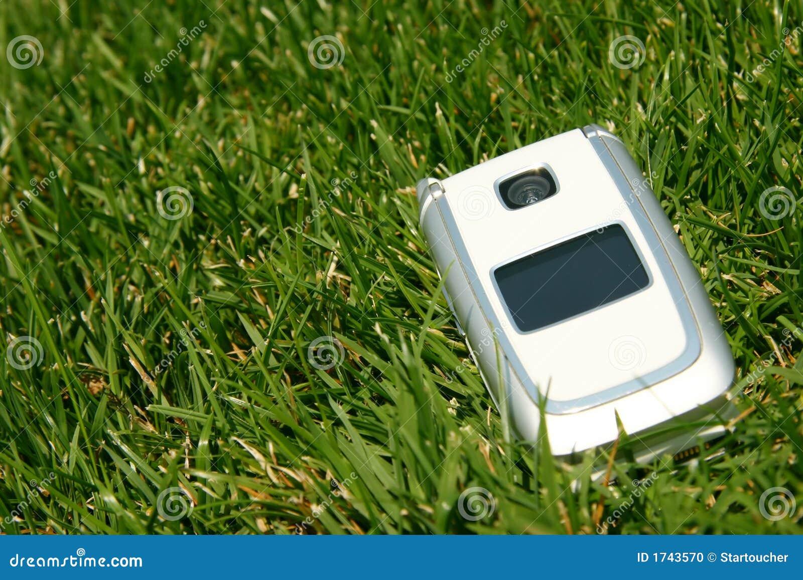Telefone de pilha móvel na grama fora