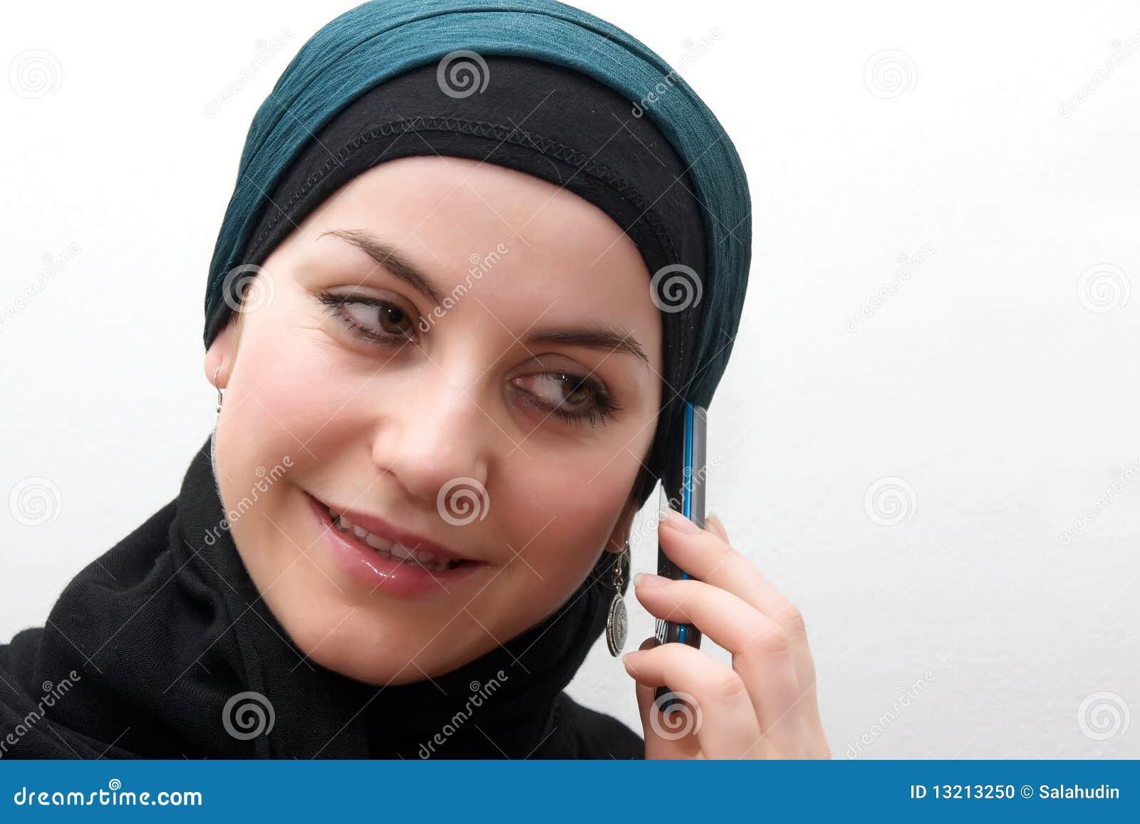 Telefone de pilha muçulmano da mulher