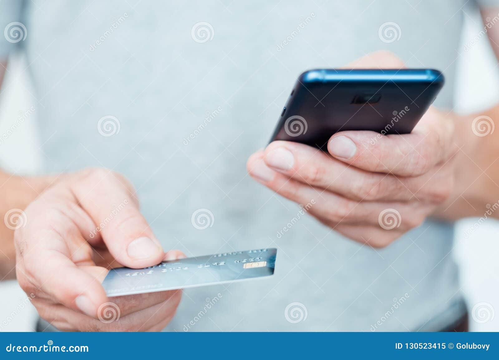 Telefone digital do cartão do homem do app do pagamento da carteira móvel