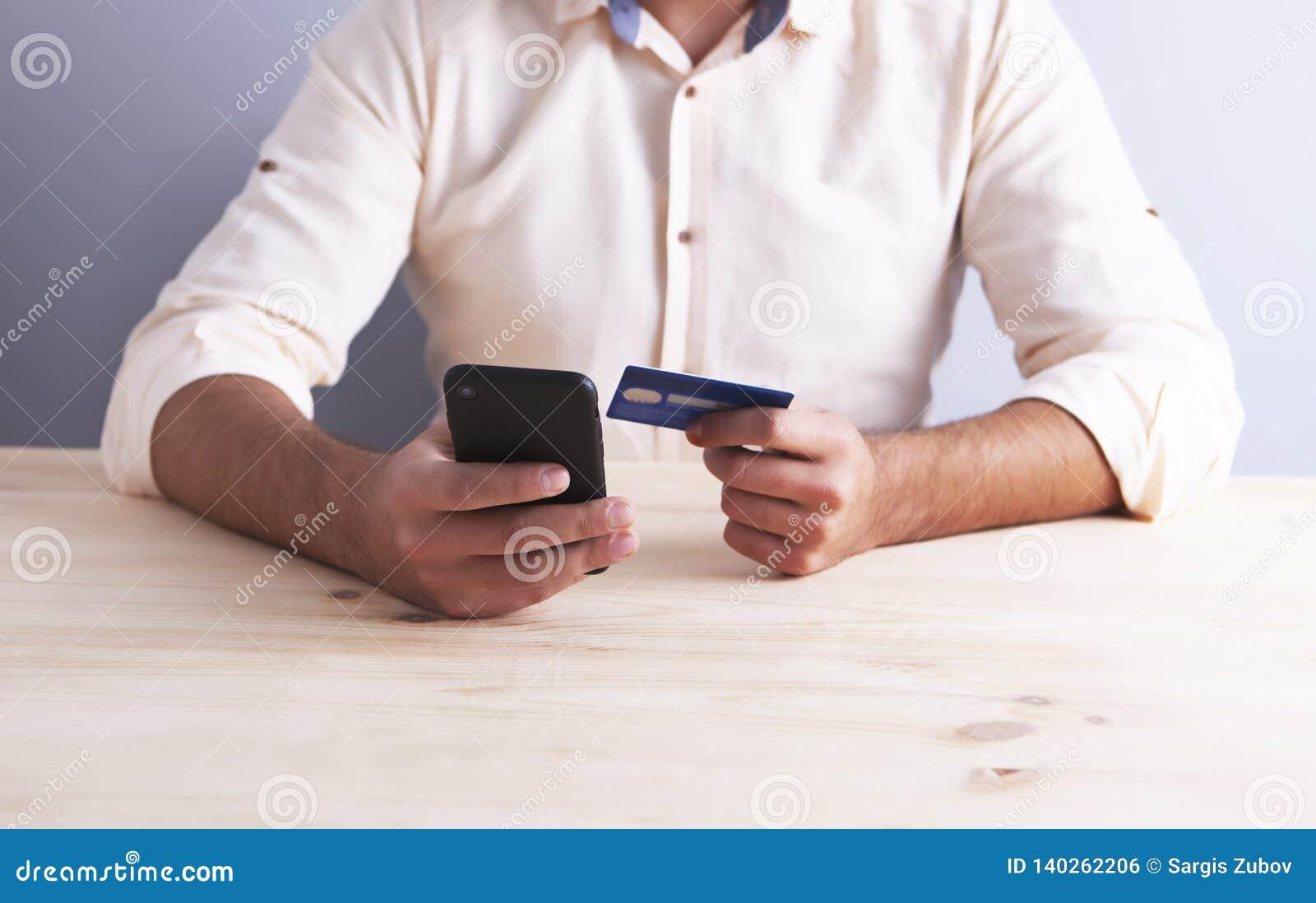 Telefone do homem de negócios do cartão de banco