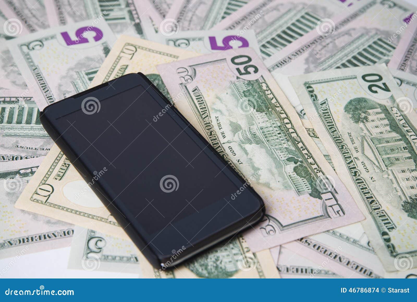 Telefone em um fundo do dinheiro