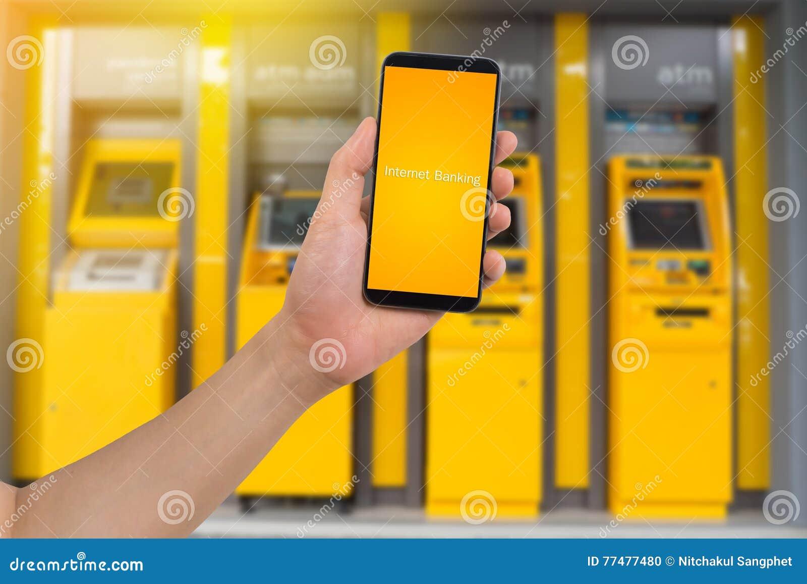 Telefone esperto da posse humana da mão, tabuleta, telefone celular com os Internet banking virtuais do app no fundo obscuro da m