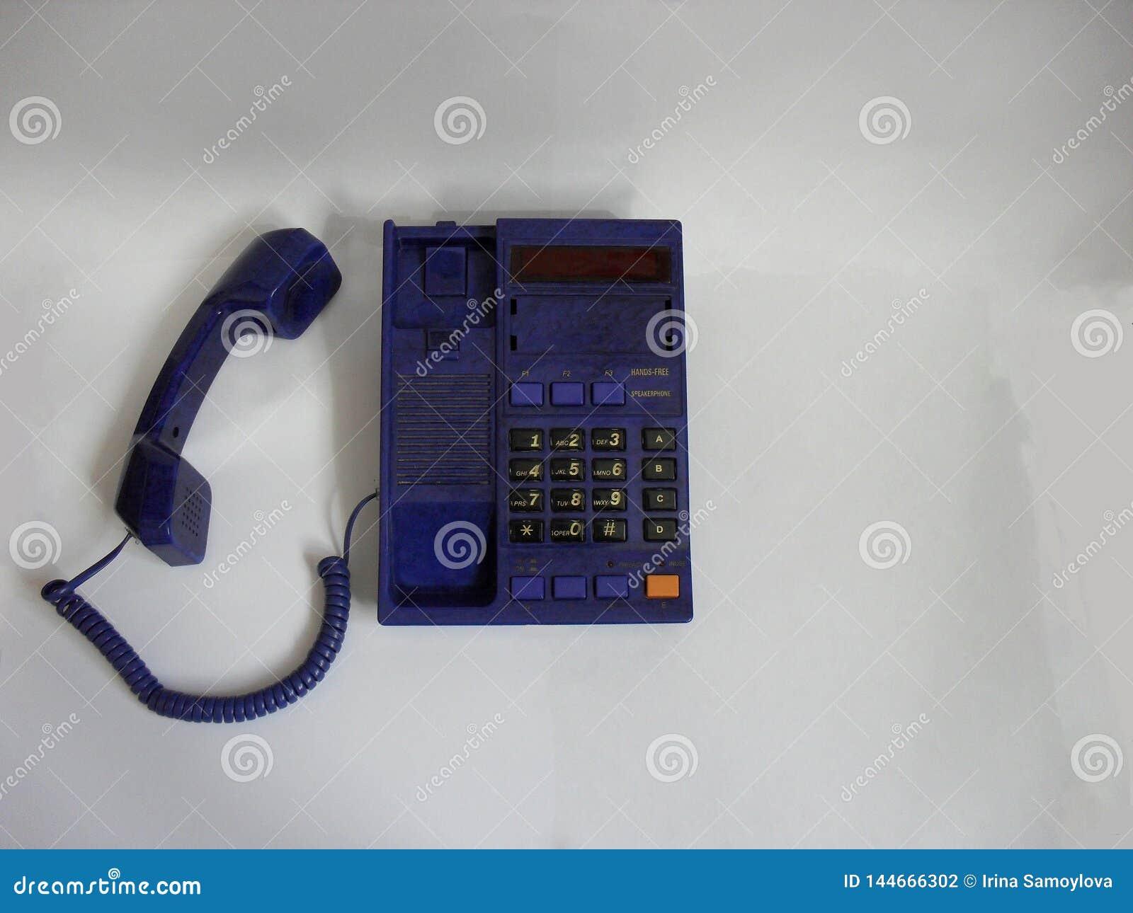 Telefone isolado no branco