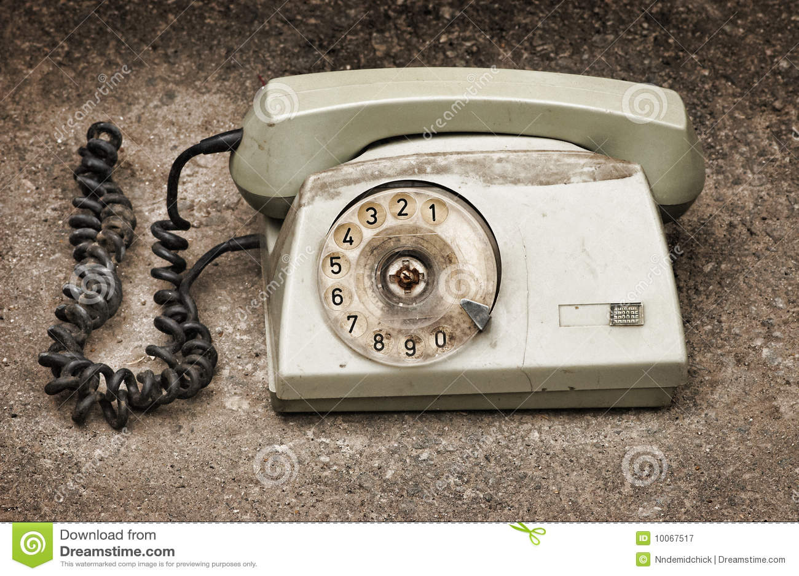 Telefone quebrado velho no fundo do asfalto