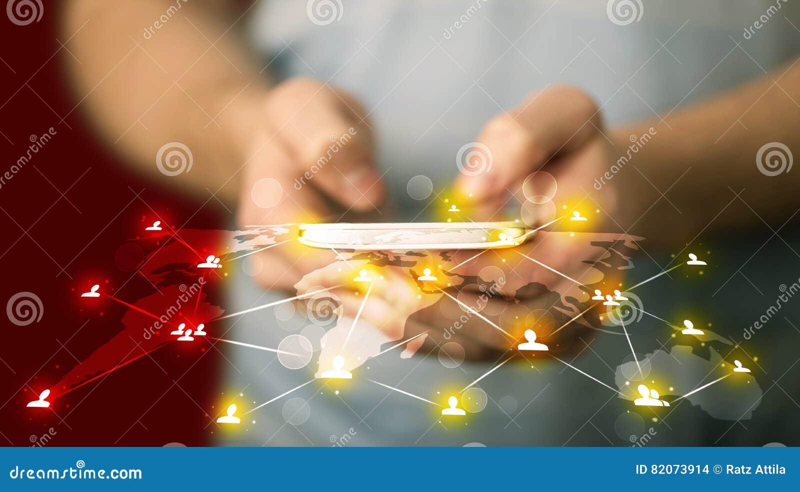 Telefono astuto della tenuta dell uomo con la connessione di rete sociale di media