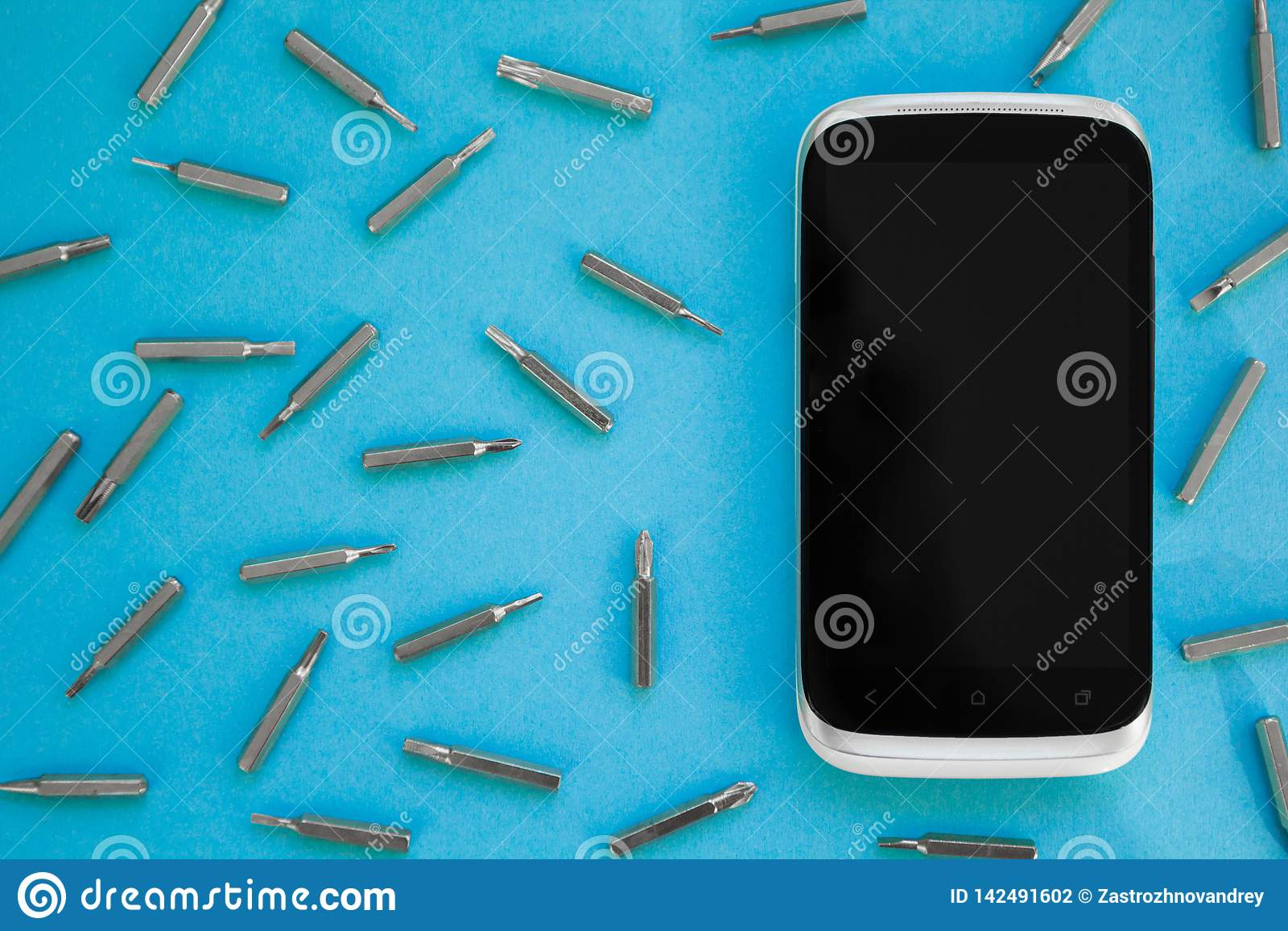 Telefono cellulare che ripara, vista pianamente situata e superiore, fondo blu, concetto