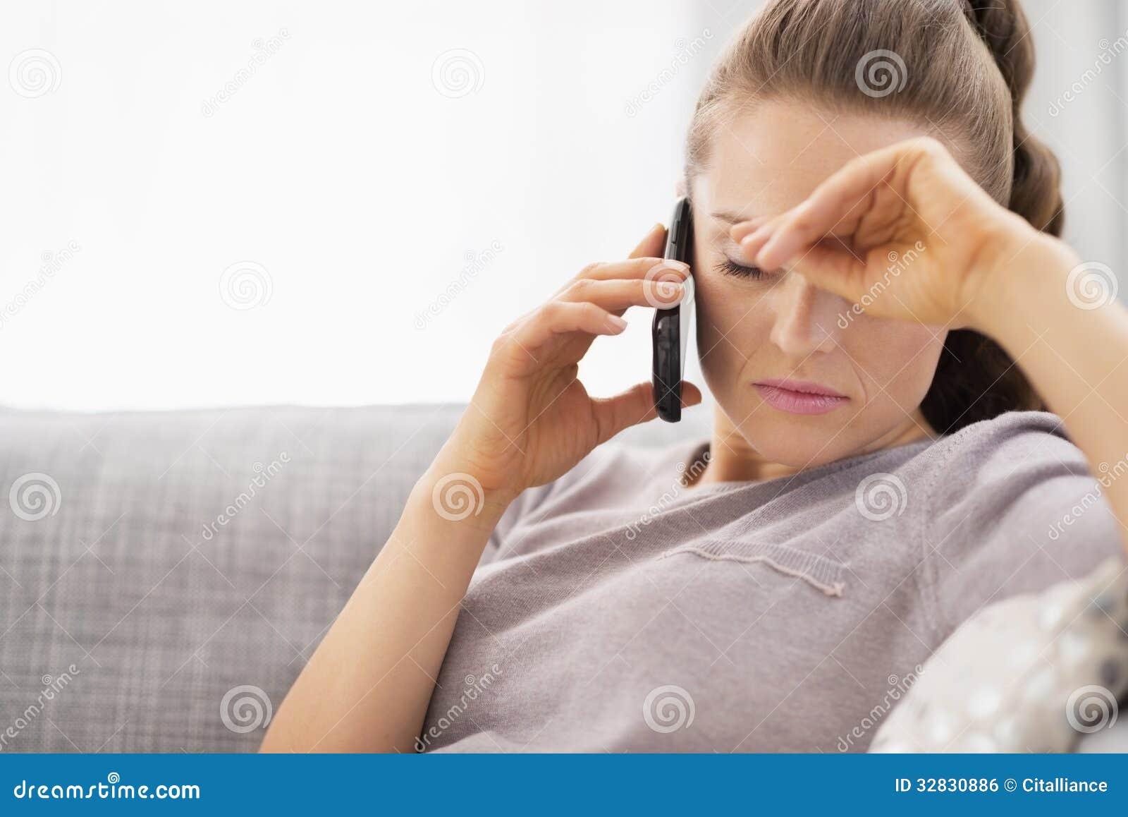 Telefono cellulare di conversazione frustrato della giovane donna