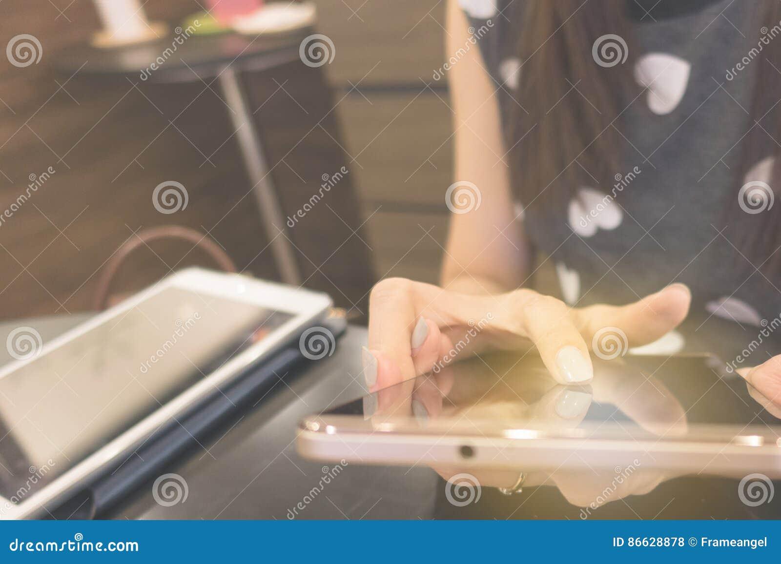 Telefono cellulare di uso della mano della donna per collegamento a Internet o acquisto