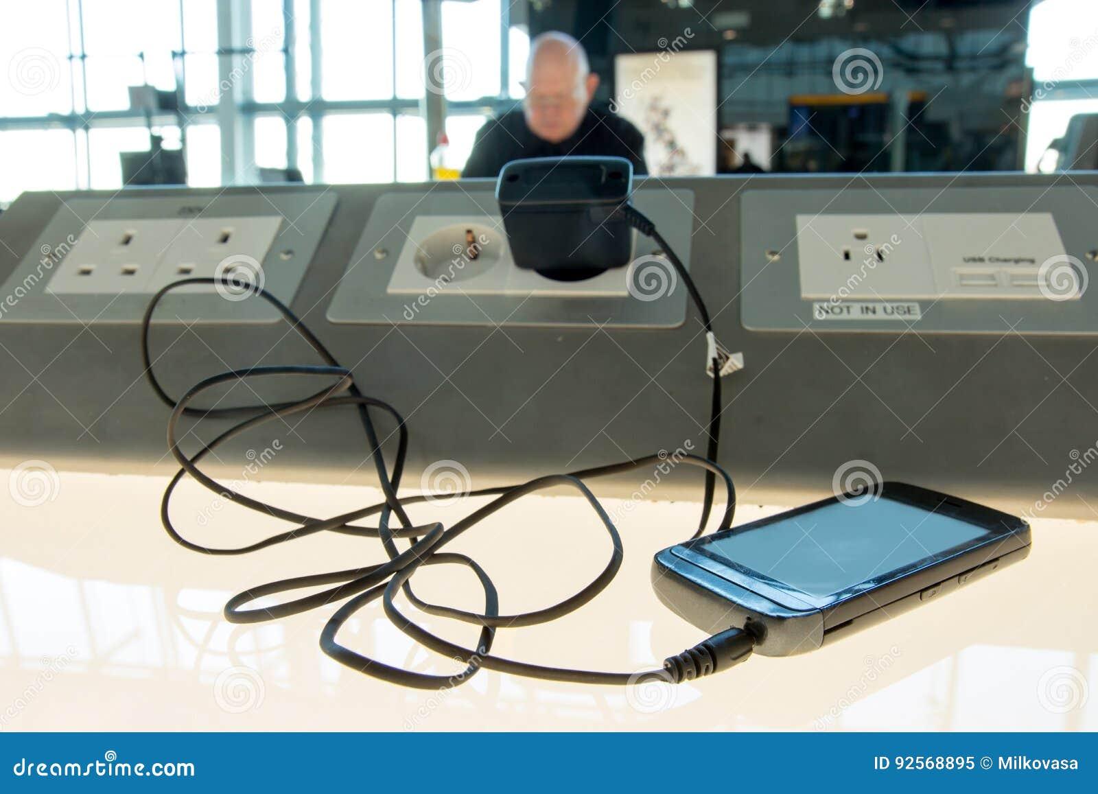 Telefono che fa pagare su una tavola all aeroporto