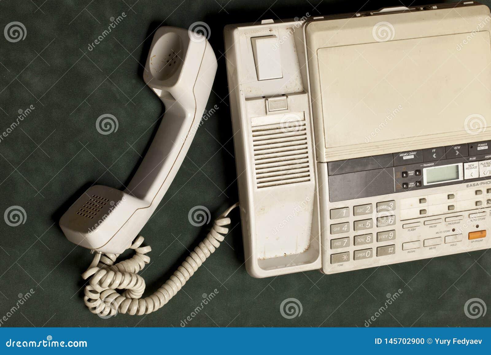 Telefono d annata con il microtelefono e la segreteria automatica