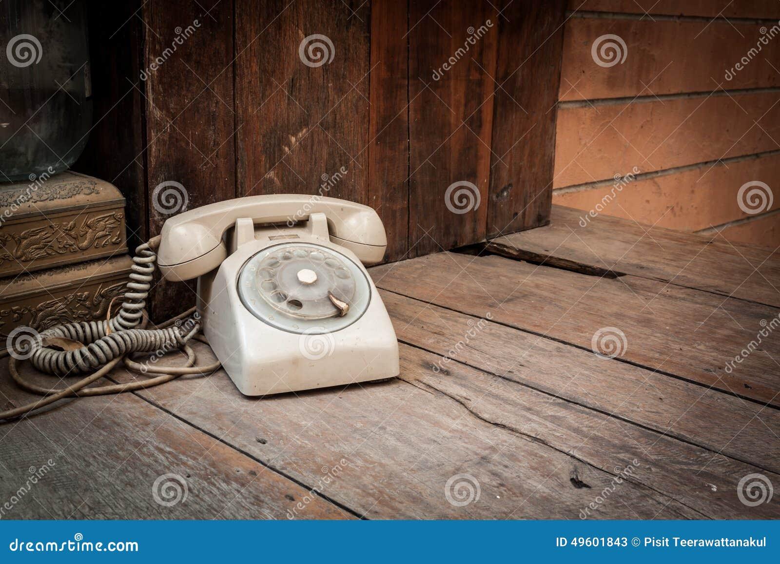 Telefono d annata su fondo di legno