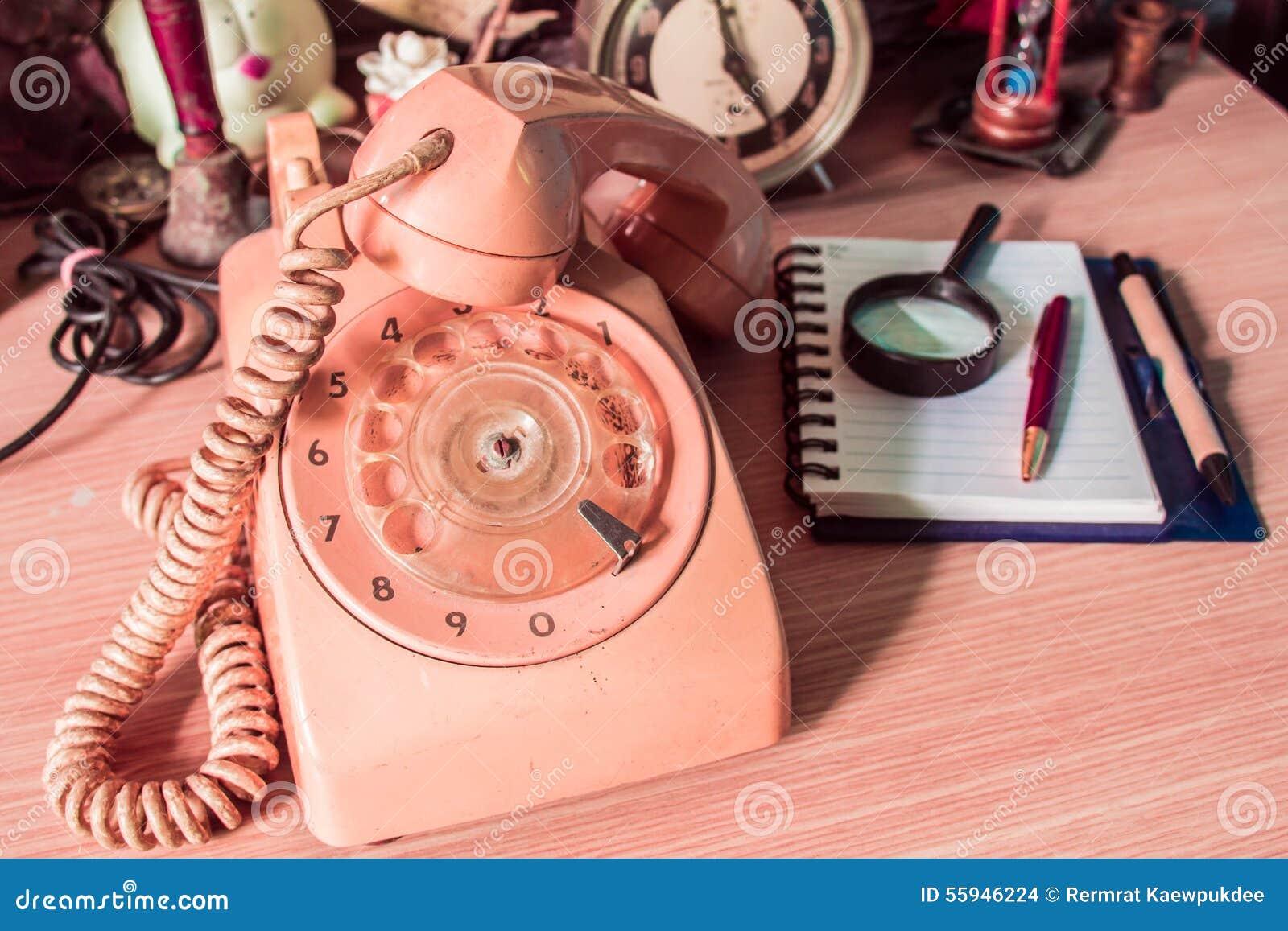 Telefono e cancelleria di vecchia annata