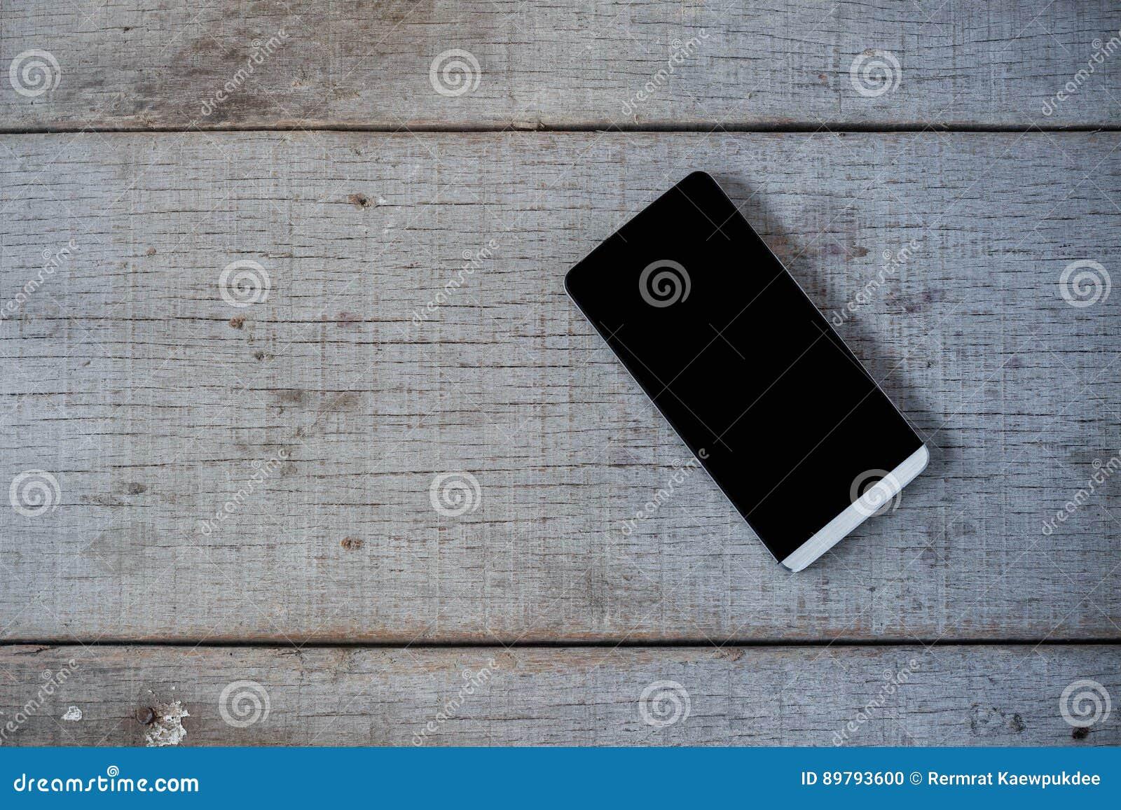 Telefono sul pavimento di legno