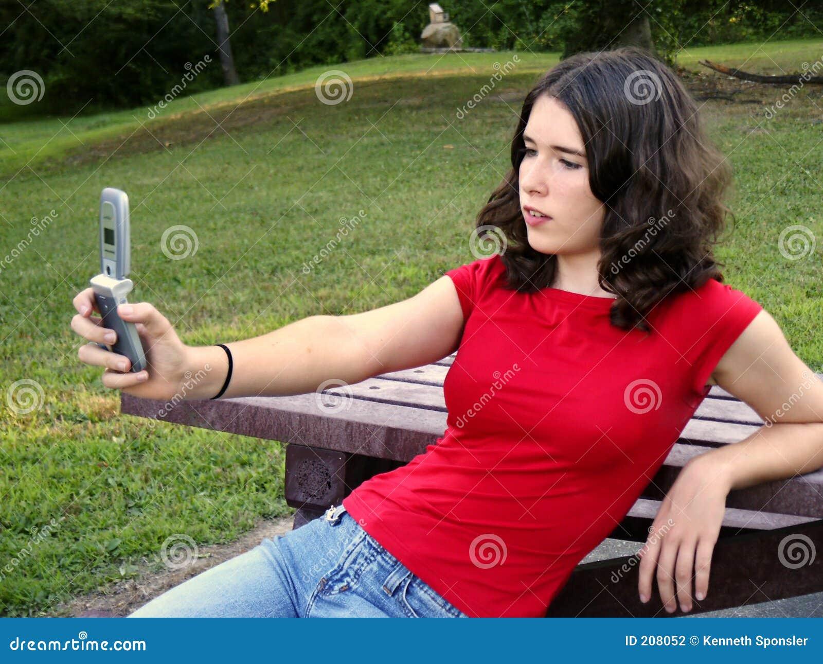 Telefono usando teenager della macchina fotografica