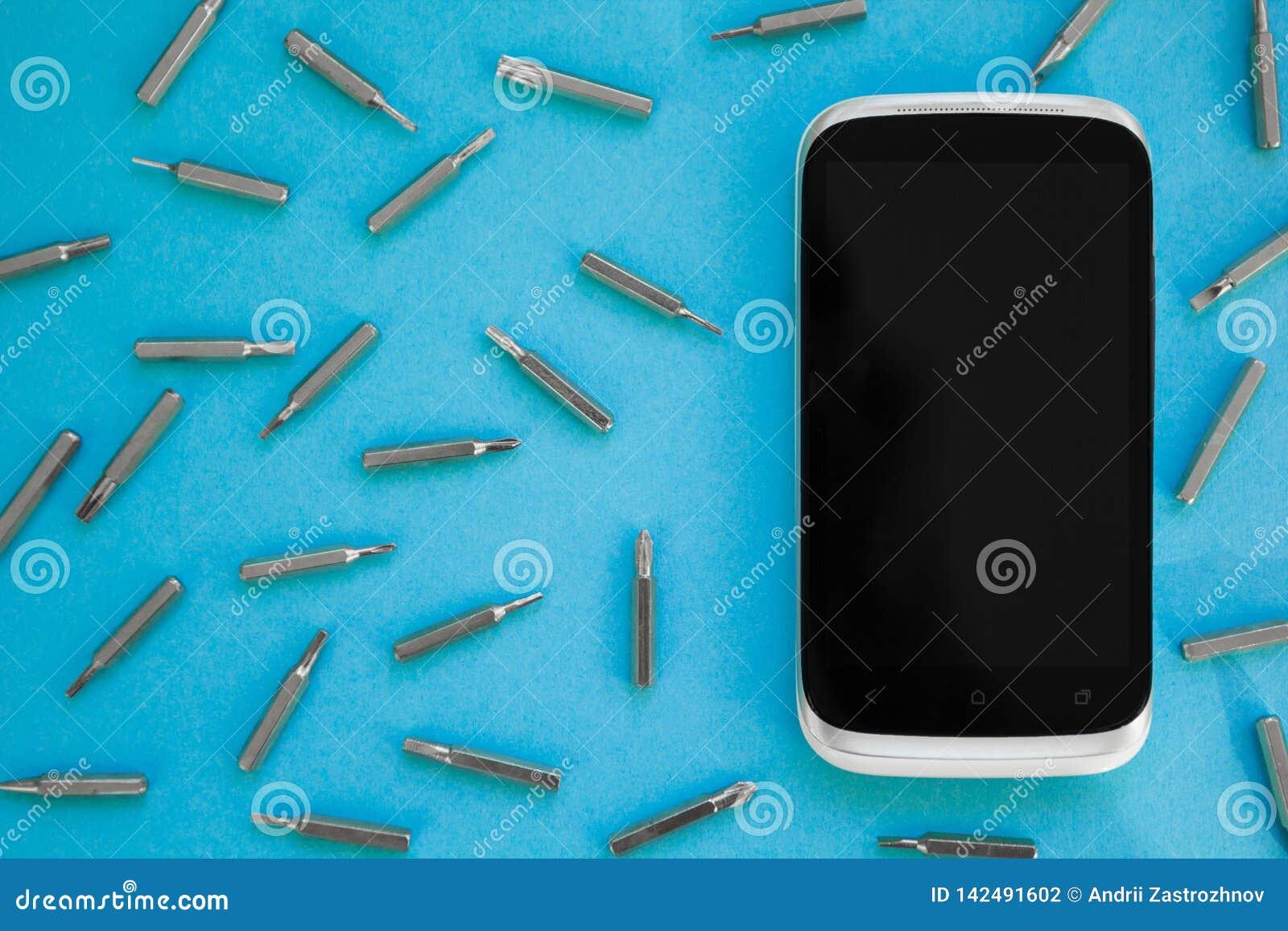 Telefonu komórkowego naprawianie, mieszkanie nieatutowy, odgórny widok, błękitny tło, pojęcie