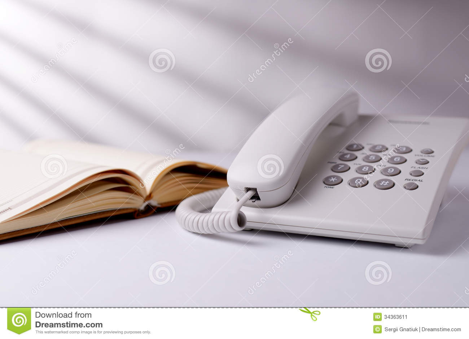 Telefoon en open boek
