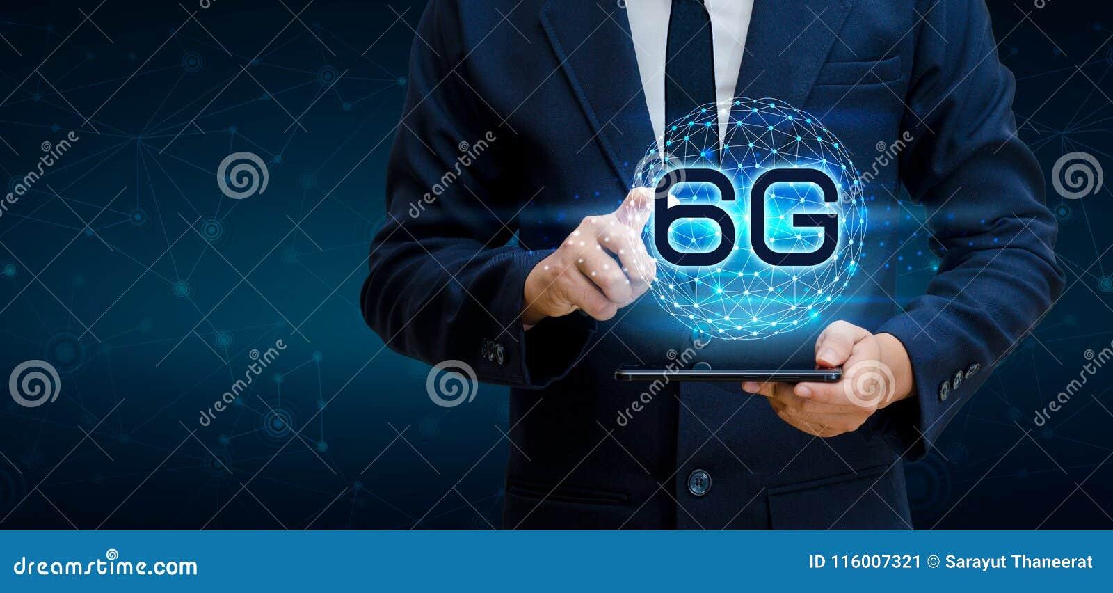 Telefoon6g de Aardezakenman verbindt kelnershand wereldwijd houdend een lege digitale tablet aan slim en 6G conc netwerkverbindin