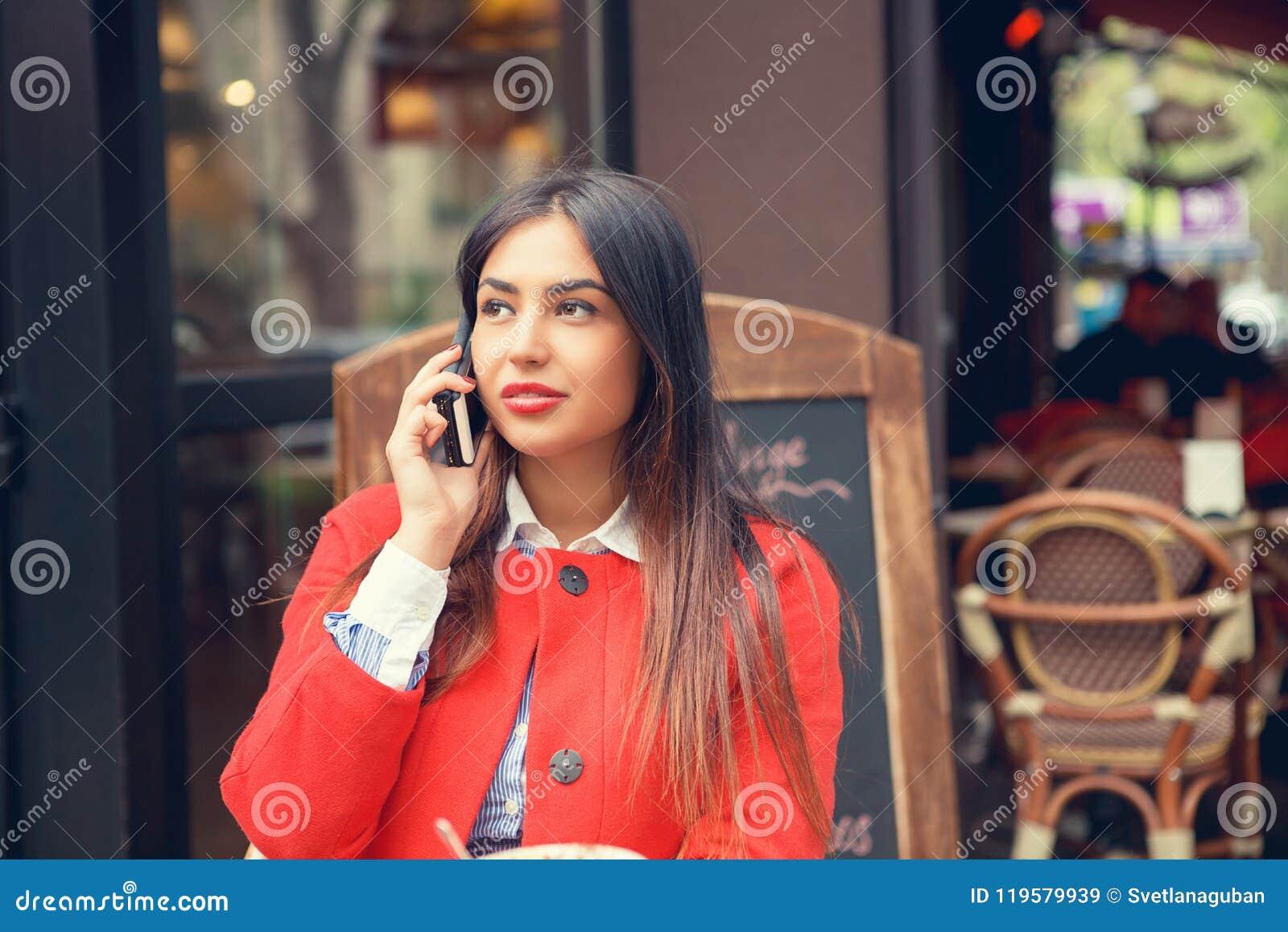 Telefoonbespreking Sluit omhoog portret van een Amerikaanse bedrijfsvrouw die aan cellphone spreken