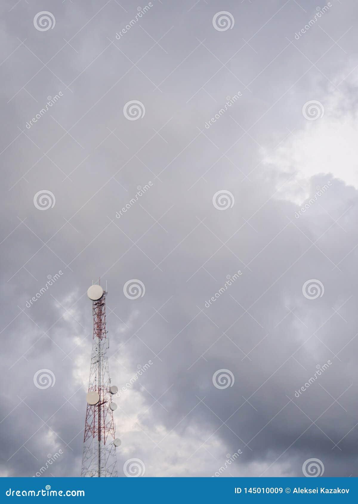 Telefoontoren op de achtergrond van wolken