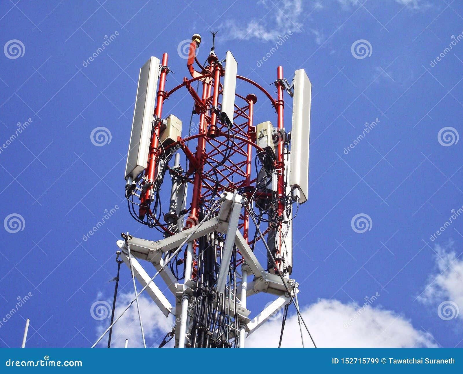 Telekommunikationtorn med himlen