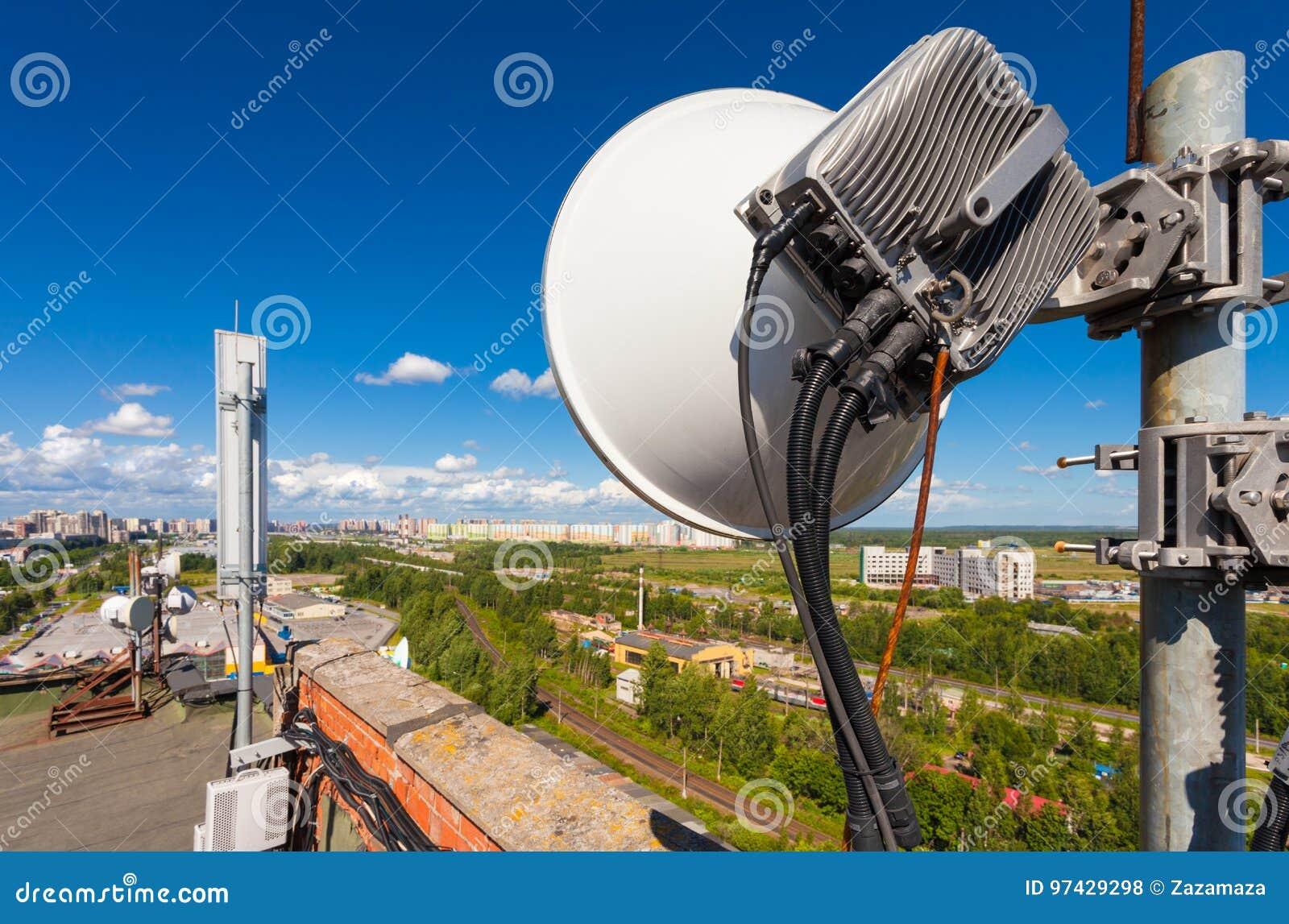 Telekommunikationtornet med trådlösa kommunikationssystem inkluderar optisk och maktcabl för mikrovågen, för panelantenner, för f