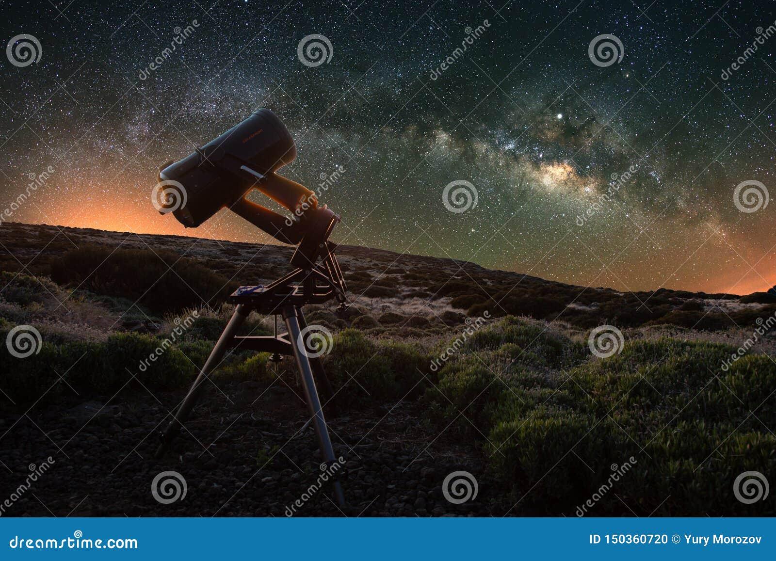 Teleskop ogląda drogę mleczną w wiośnie widocznej od Teide parka narodowego blisko obserwatorium Jupiter jest błyskać otaczam