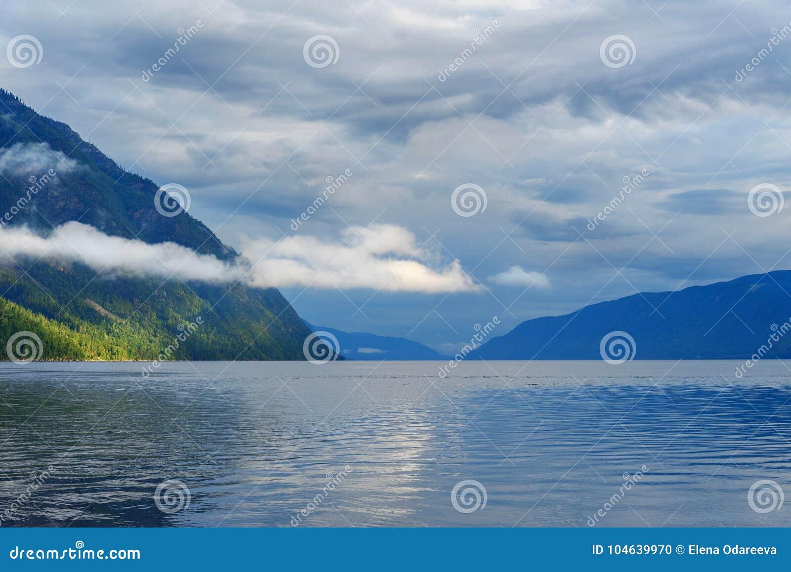 Download Teletskoyemeer In De Ochtend Mening Van Zuidelijke Kust Altairepubliek Rusland Stock Foto - Afbeelding bestaande uit landschap, bank: 104639970