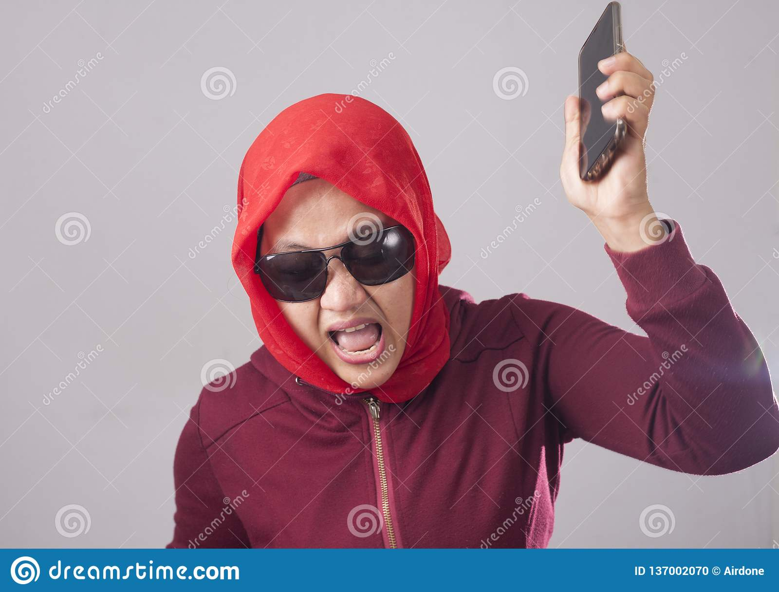Teleurgesteld Boze Moslimdame Throwing Her Phone