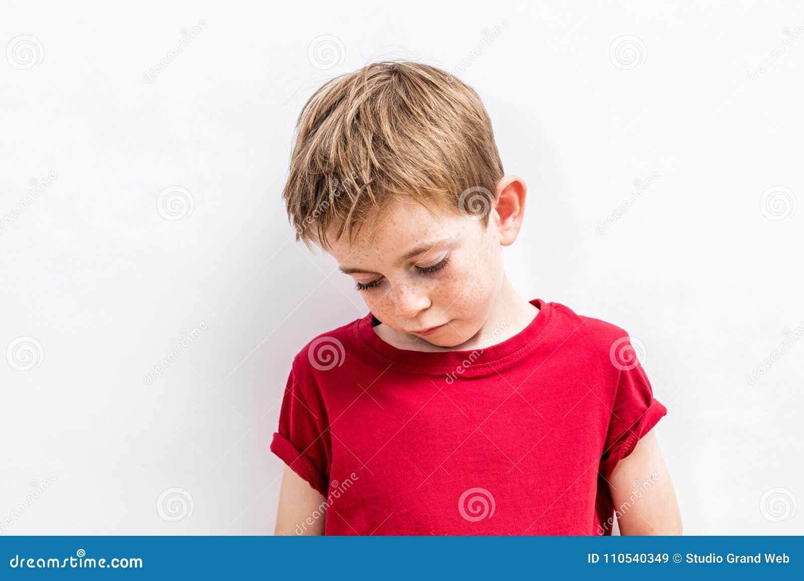 Teleurgesteld kind die onderaan het uitdrukken van eenzaamheid, ontgoochelings of ouderproblemen kijken