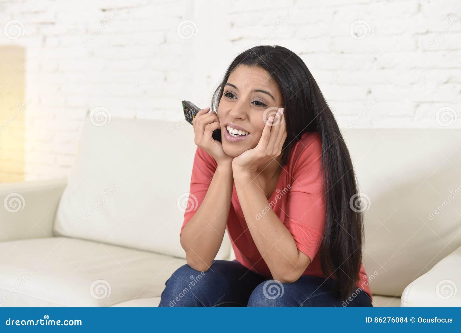 Televisión De Observación De La Mujer Feliz En La Película Romántica